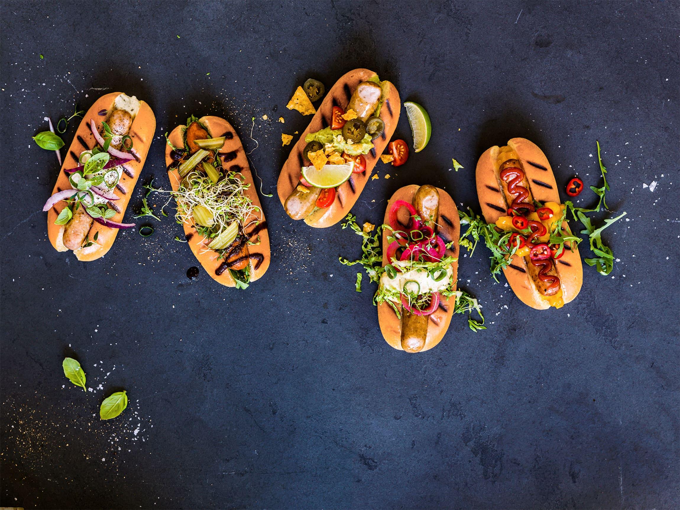 En pølse kan fint være en velsmakende middag! Topp den med syltet rødløk, coleslaw eller sennep.
