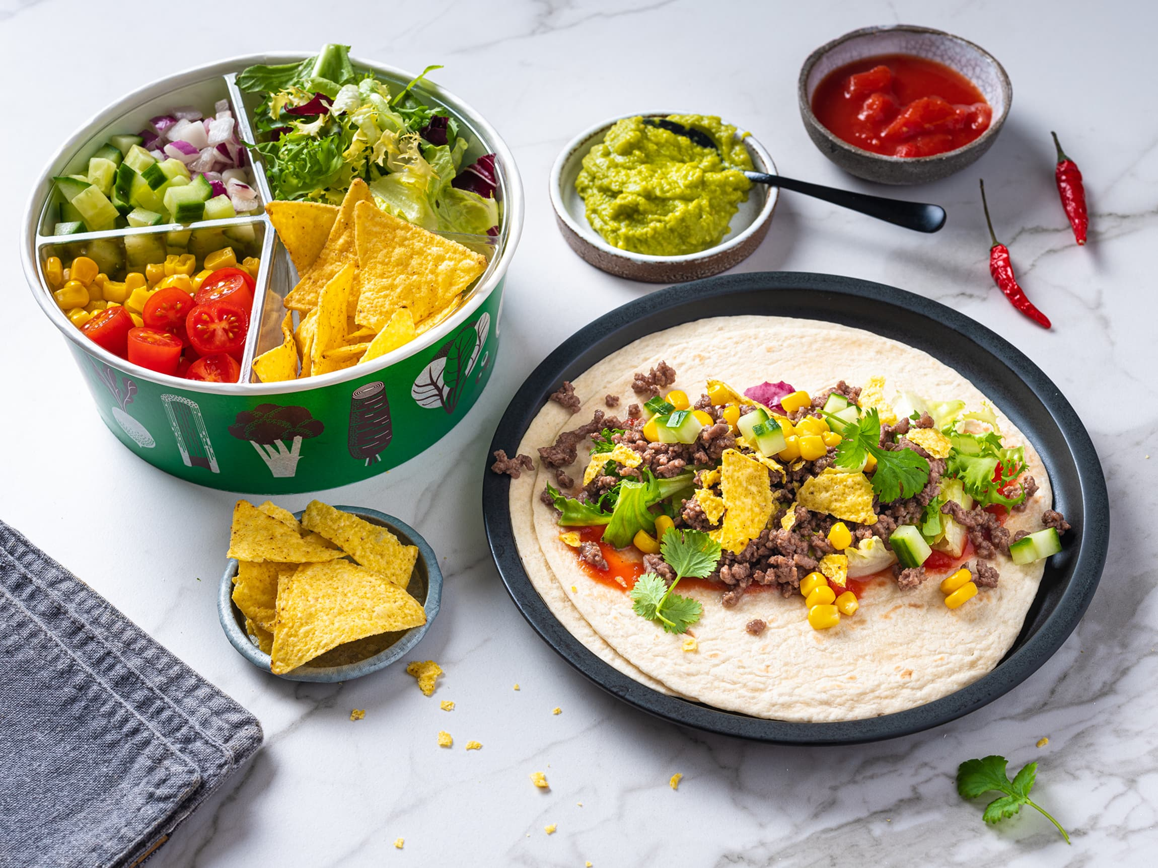 Det er mange forskjellige grønnsaker som skal i tacoen. I salatbaren kan du kjøpe akkurat det du trenger.