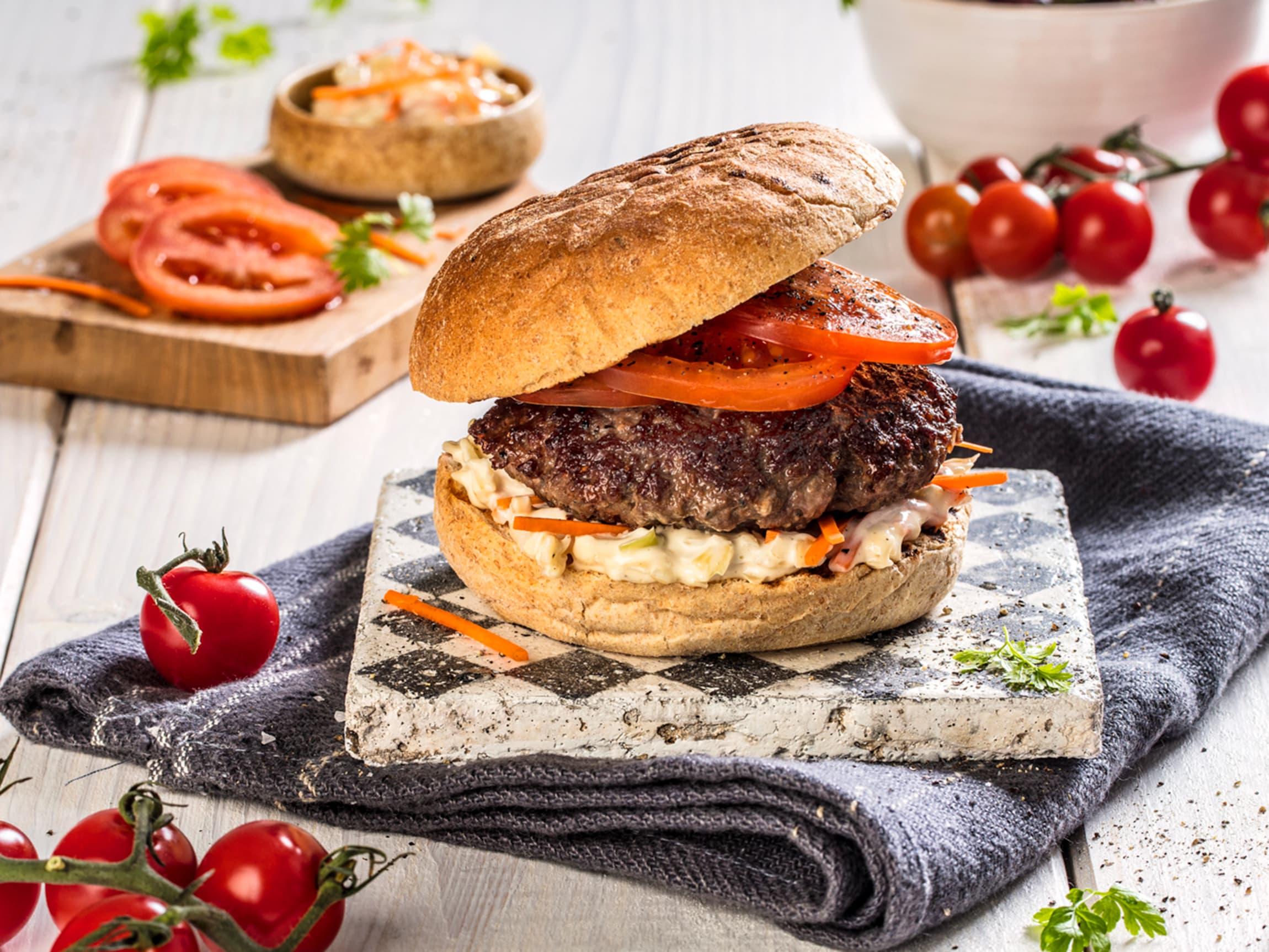 Hamburger med tomat og coleslaw er perfekt å lage ute på terassen.
