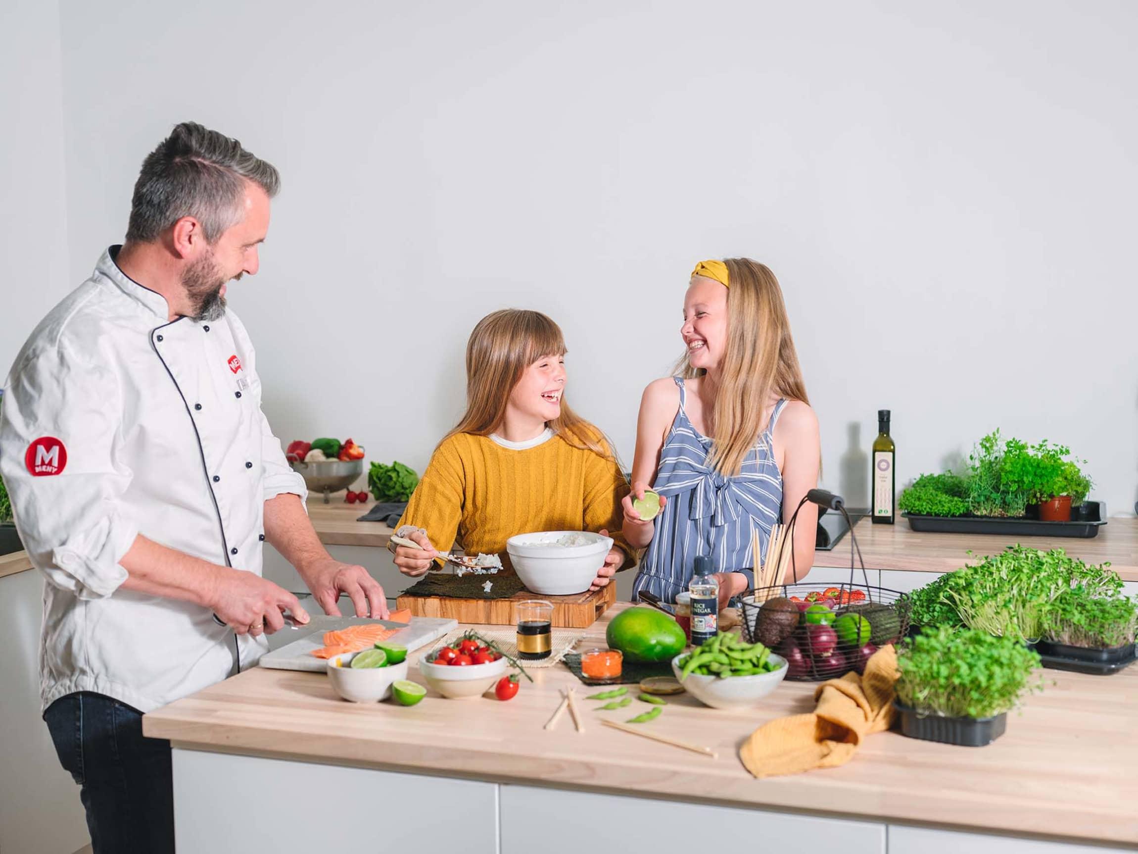 Roar Sjåvåg mener det er viktig å la barna ta del i matlagingen.