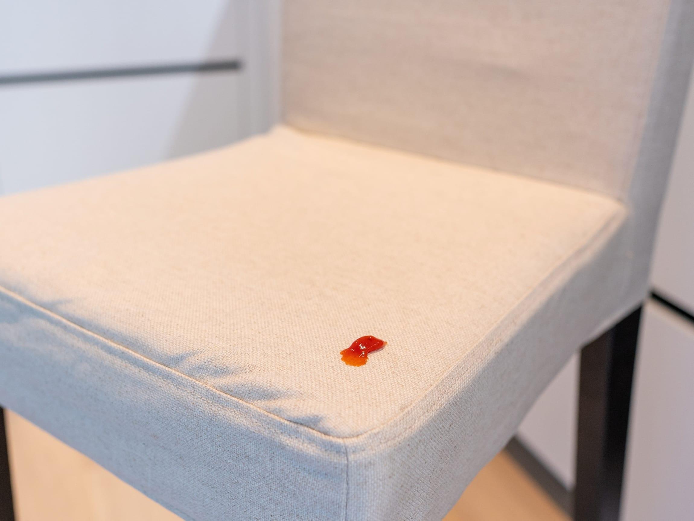 Flekker på sofaer eller stoler? Sørg for å gjerne flekken så fort som mulig, ellers blir flekken mye vanskeligere å fjerne i ettertid.