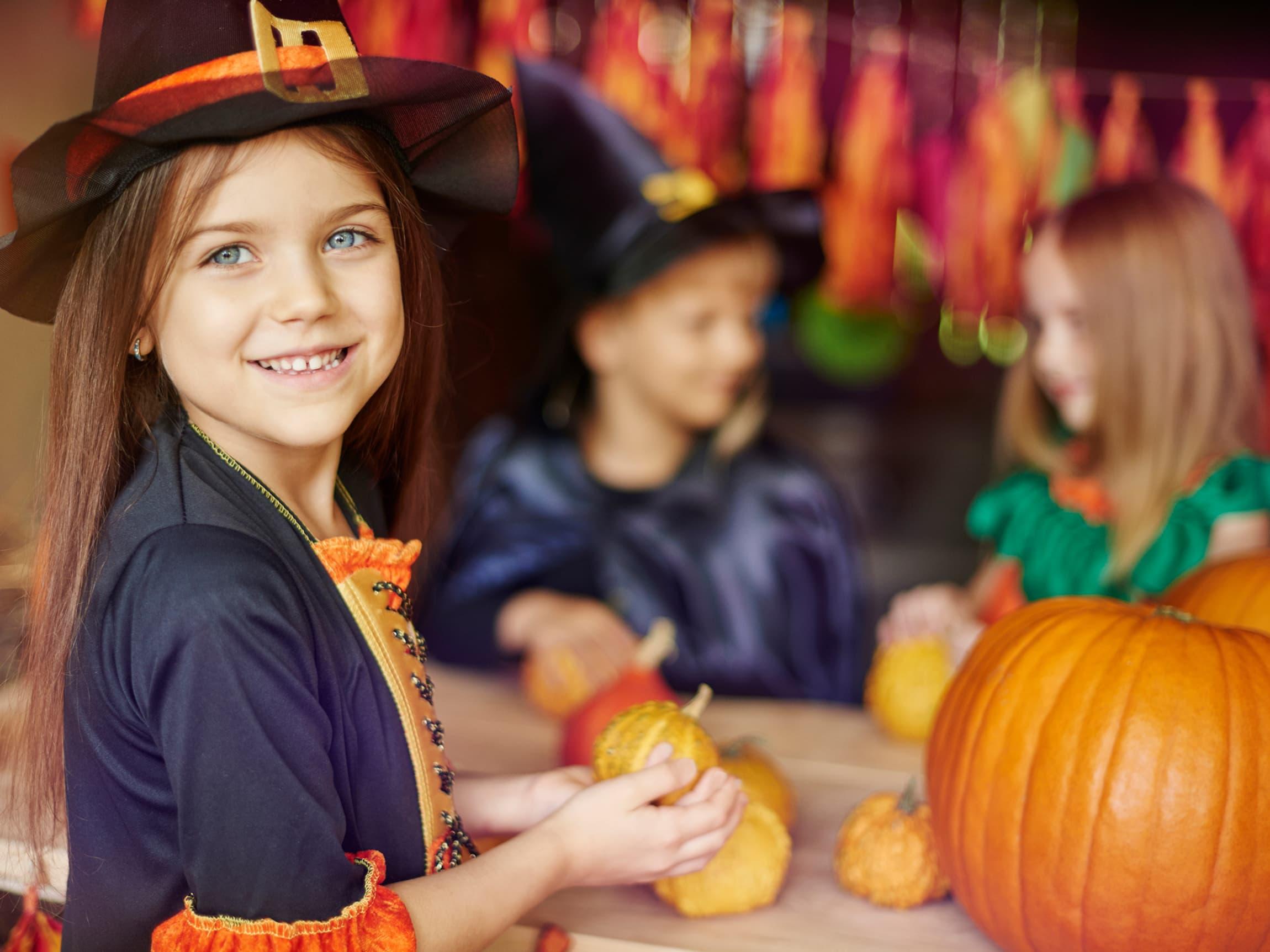 Man trenger ikke kjøpe Halloweenkostymer hvert år. Se på loftet om du har noen ting som kan gjenbrukes i kostymene!
