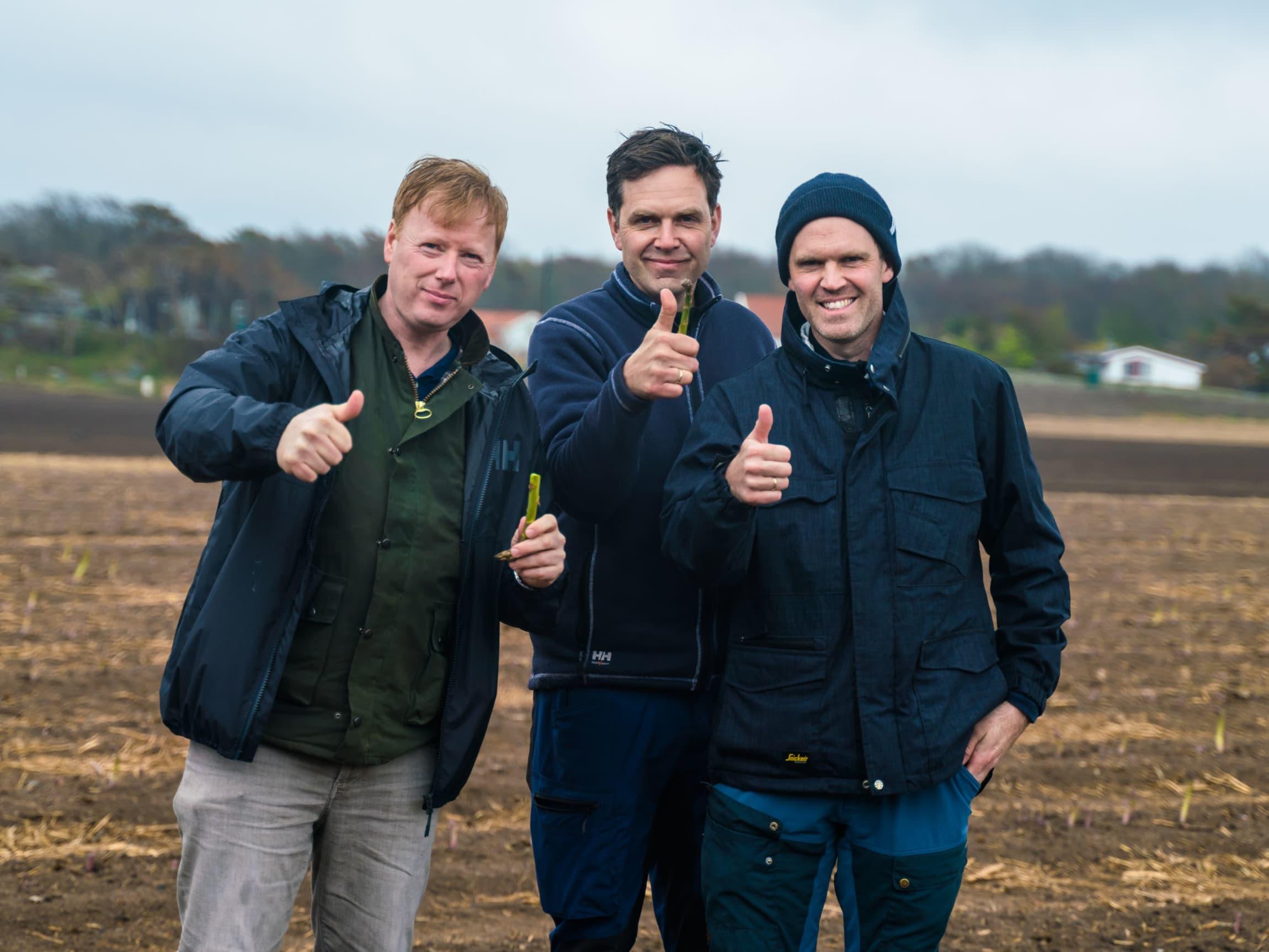 MENY-sjef Vegard Kjus på besøk hvor Hvasser asparges dyrkes.