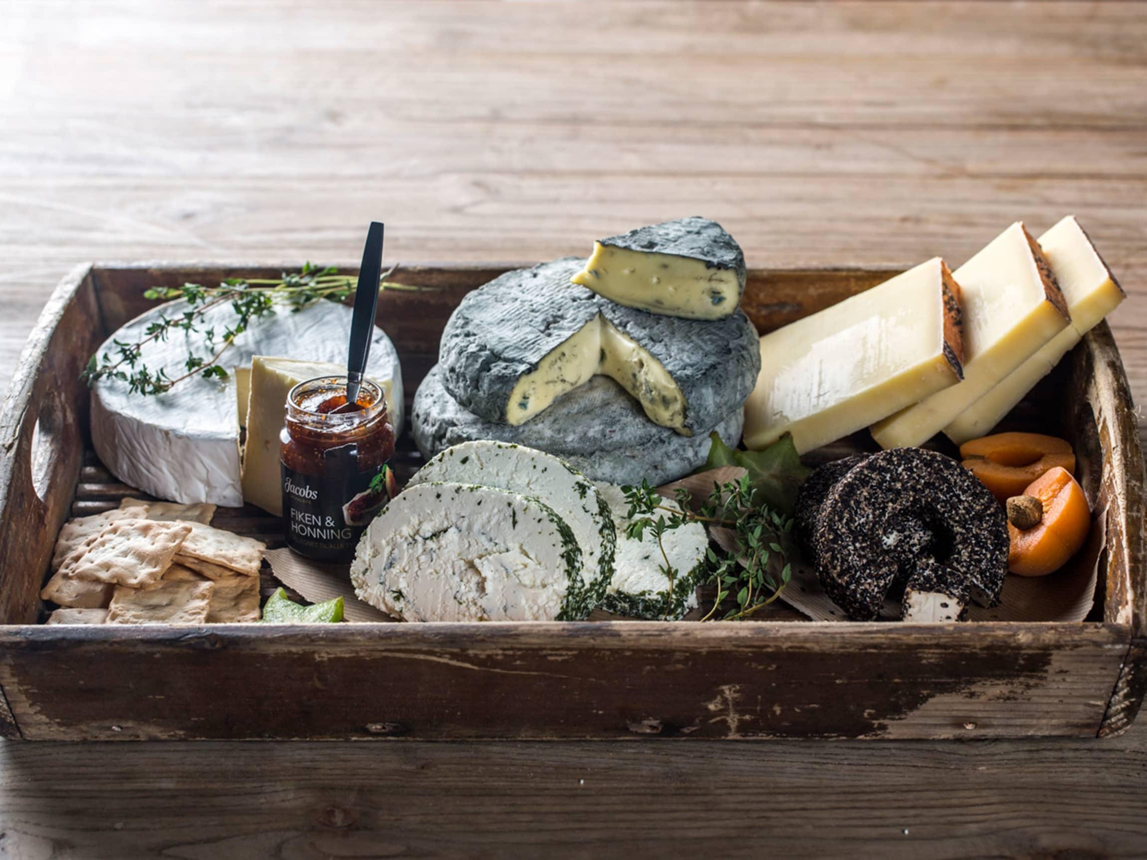 Et ostefat kan være like fint til middag som til dessert. Her kan du by på utallige kombinasjoner av ost, syltetøy, frukt og kjeks!