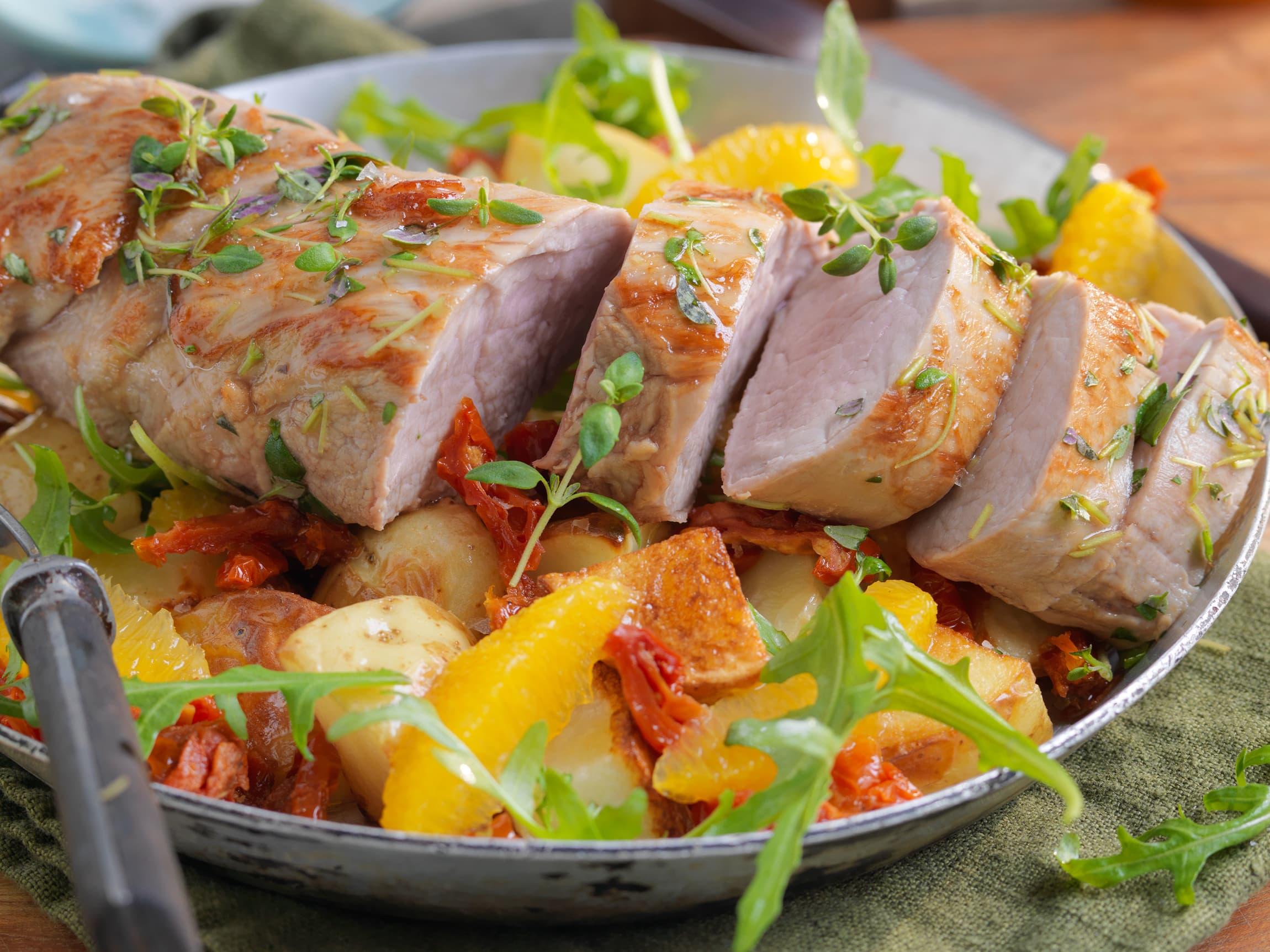 SVINFILET MED BAKT APPELSIN: Denne deilige middagen passer perfekt om høsten.