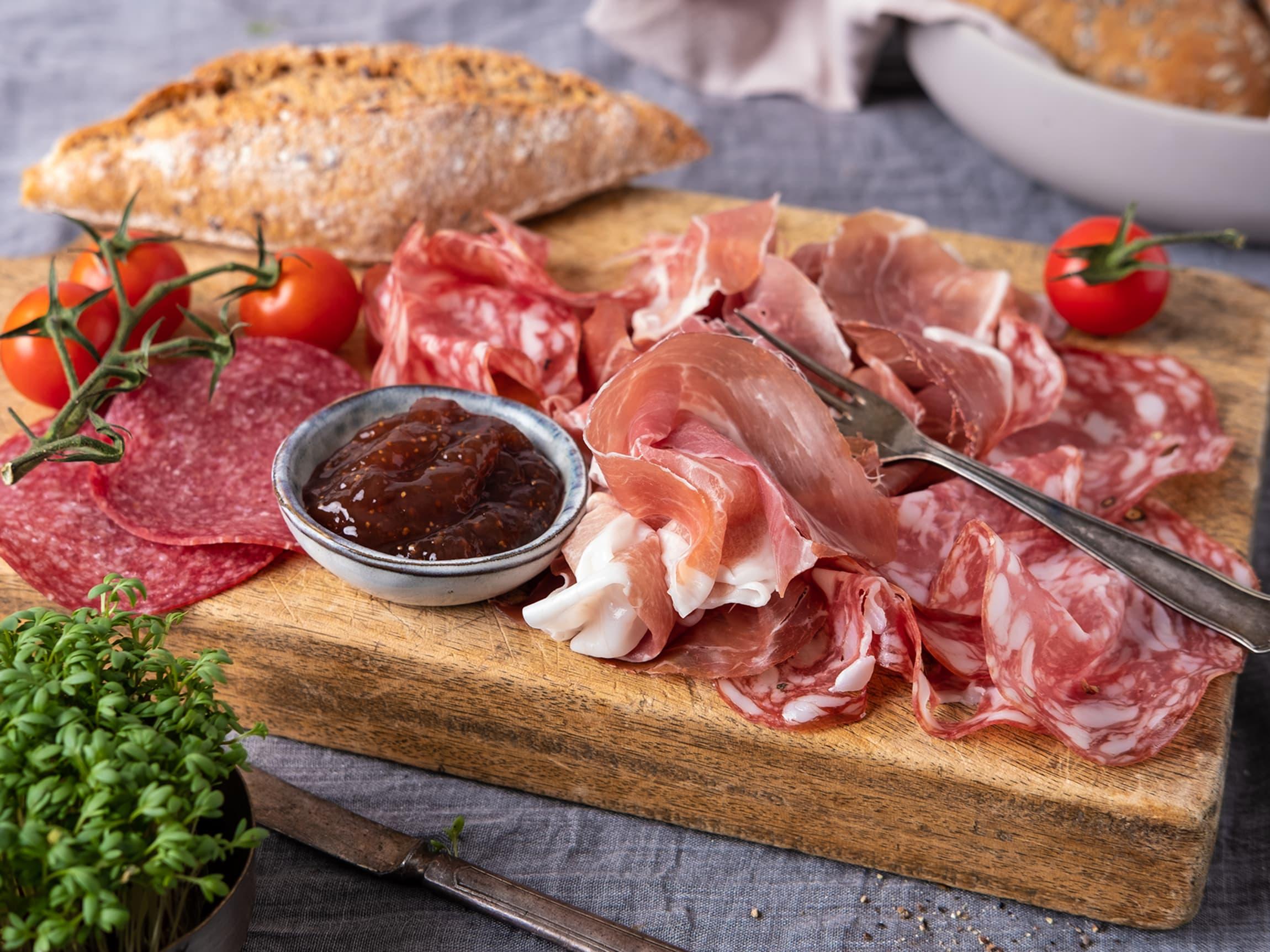Sett frem et fat med salami og spekeskinker til frokost.
