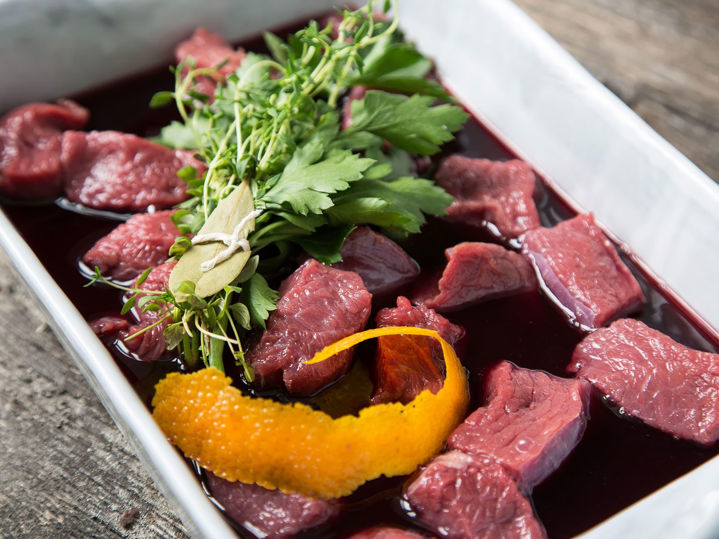 Variant av gryteretten hvor kjøttet marineres i rødvin med en krydderbukett av rosmarin, laurbær og  appelsin.