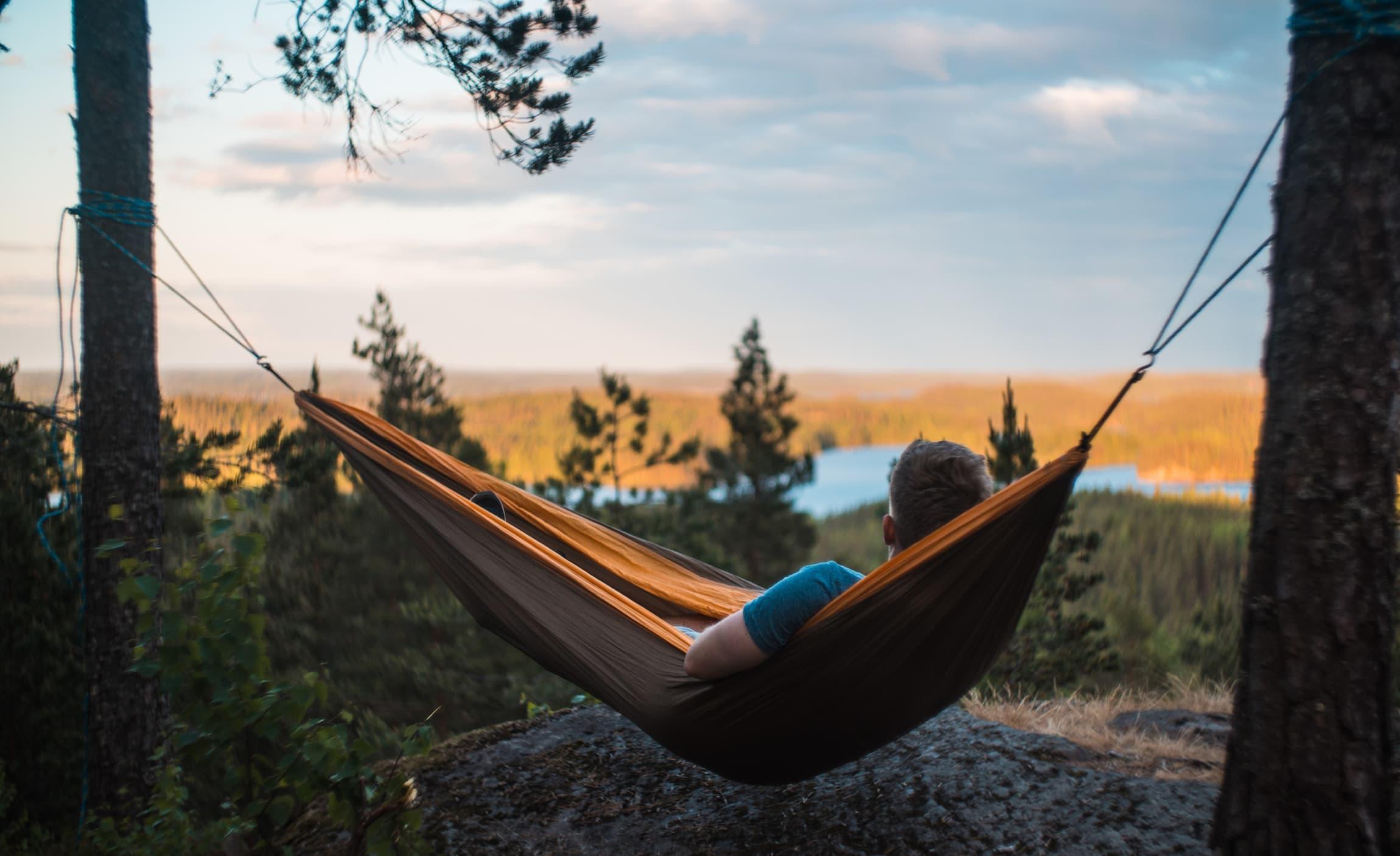 Å overnatte ute er en fin opplevelse for både store og små. Å sove i hengekøye gir en ekstra nærhet til naturen, og er et fint alternativ til å sove i telt.
