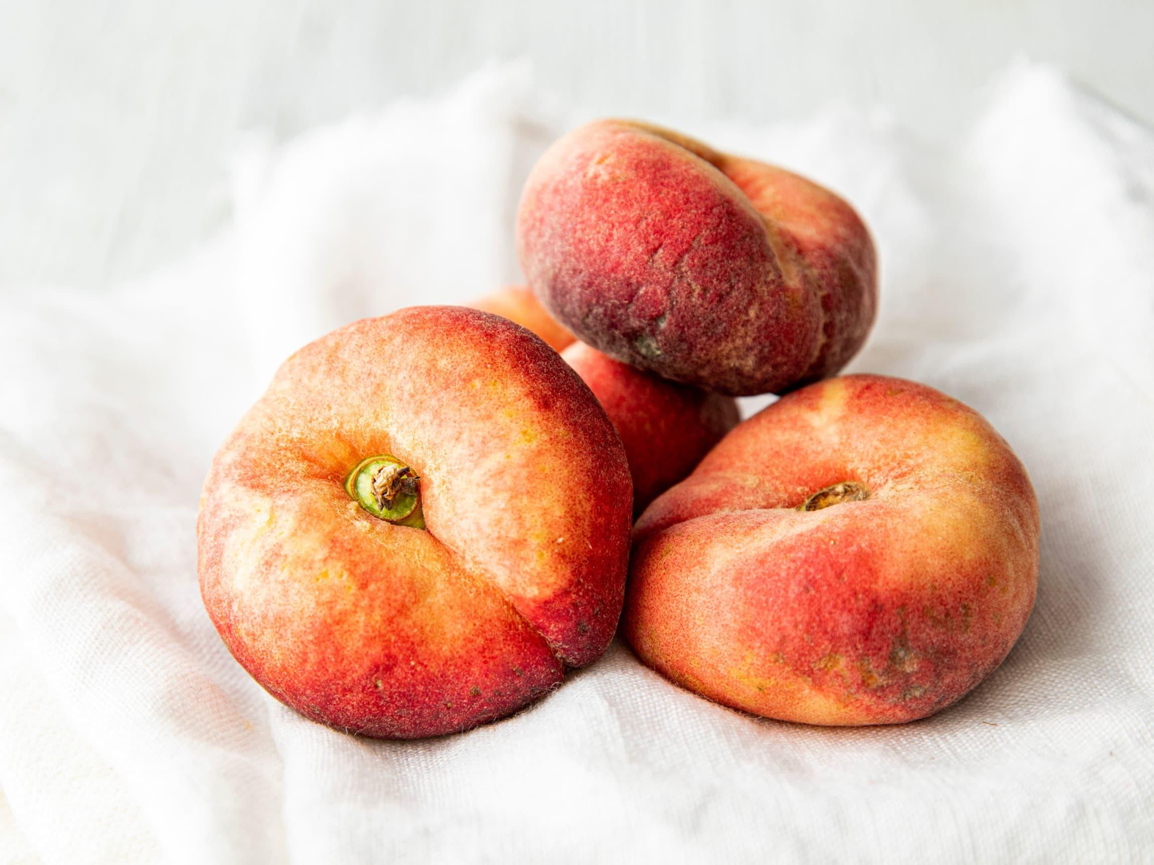 """Stenfrukt kommer i mange ulike størrelser og fasonger. Paraguayos er best kjent som """"flate fersken"""", og smaker minst like godt som sine runde søsken."""