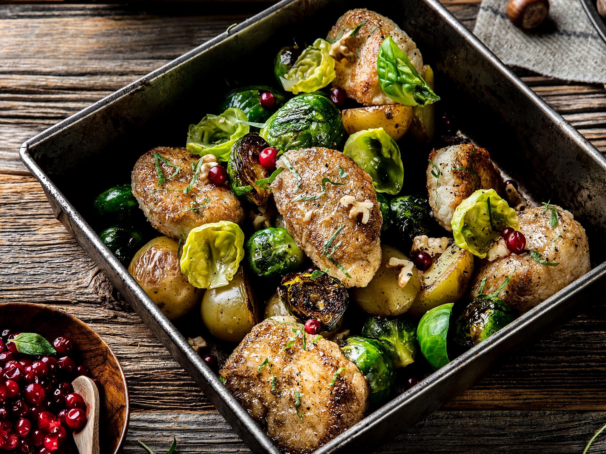 Vegisterkaker med rosenkål og perlepoteter er et godt og kjøttfritt alternativ til kalkunmiddagen.