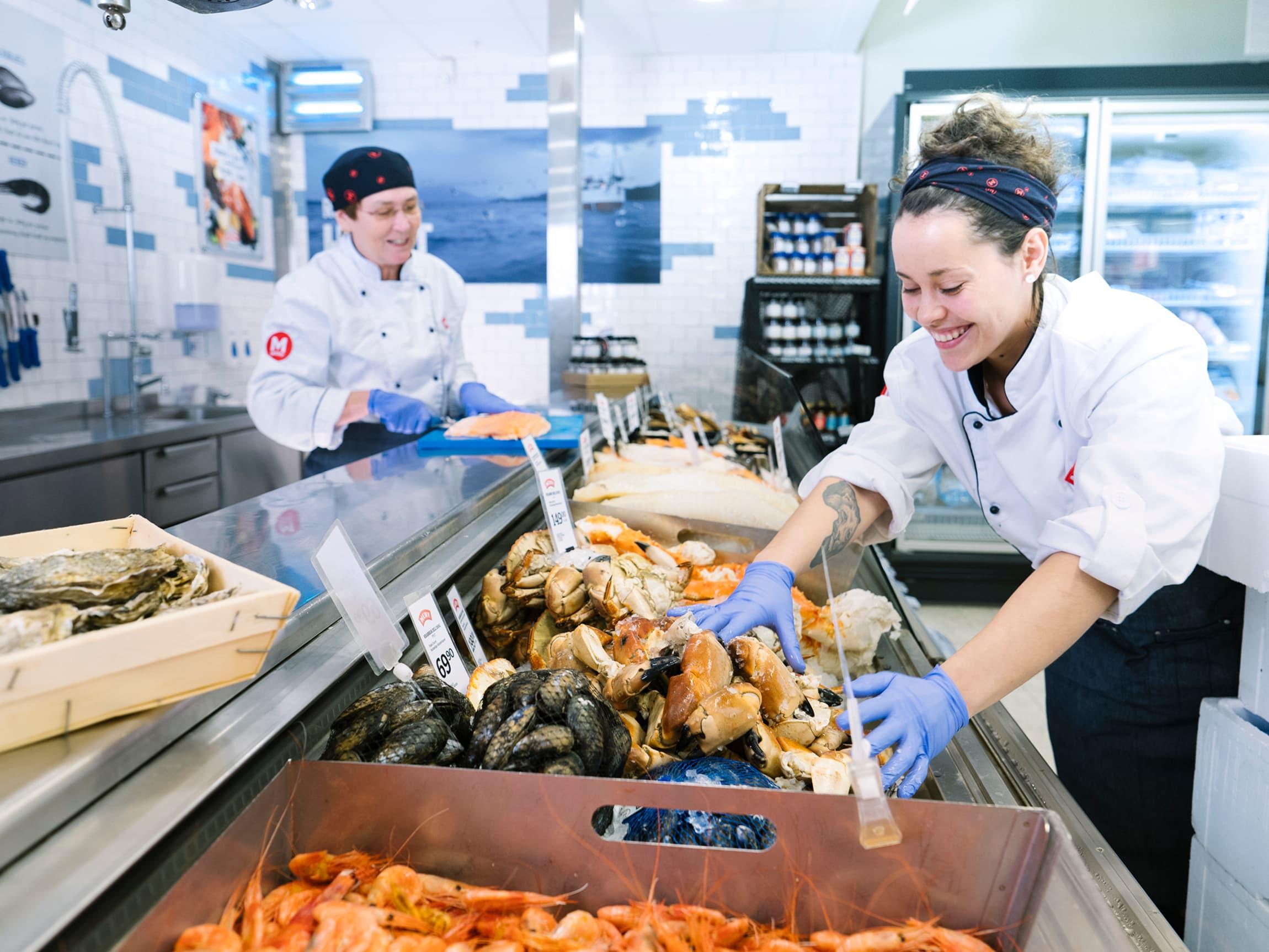 Vi fyller hver dag opp diskene våre med et bredt utvalg av alt du måtte ønske deg av skalldyr og skjell!