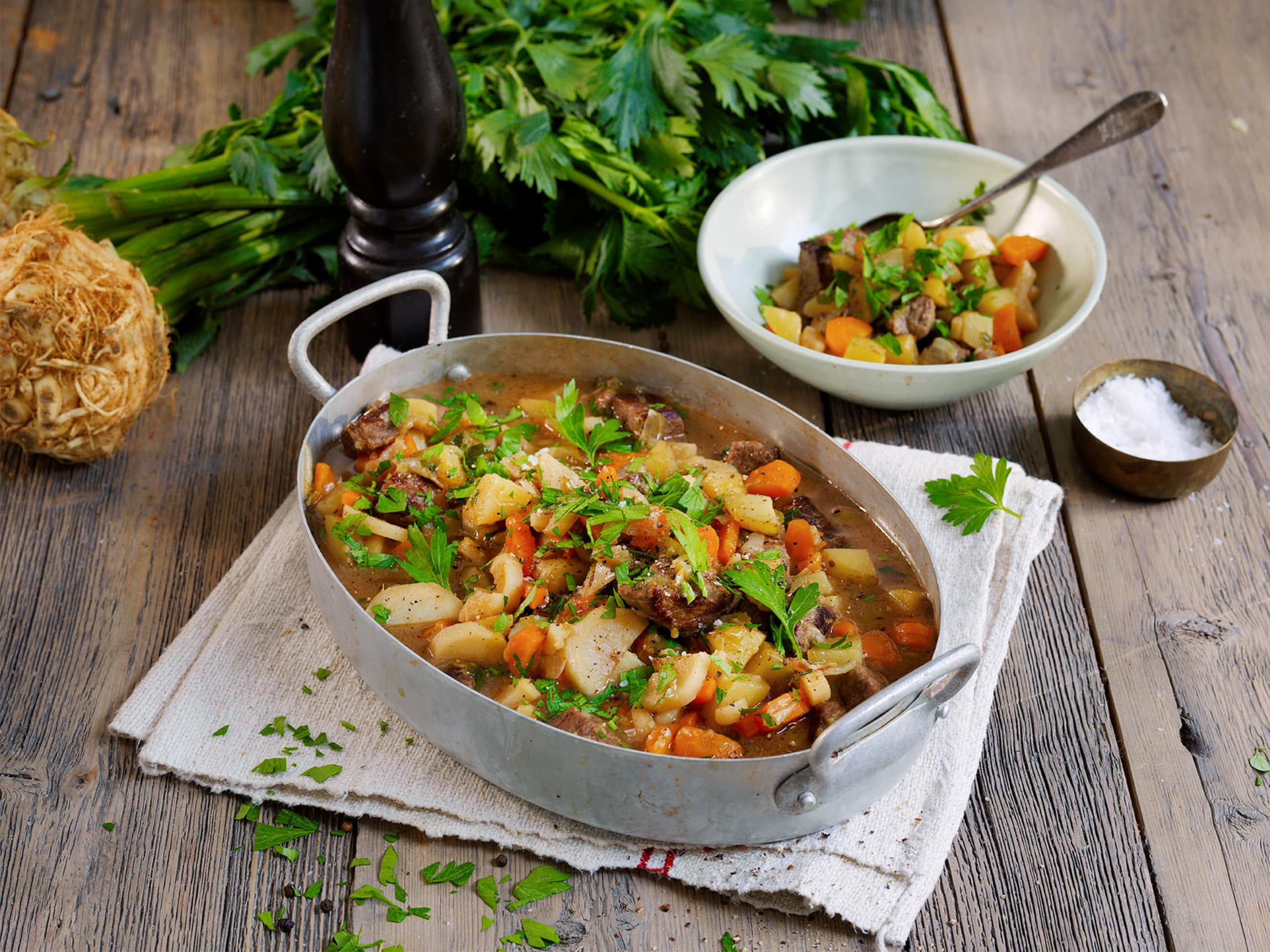 Hjemmelaget lapskaus er en varmende klassiker til kjølige kvelder, og med høstens rotgrønnsaker får du en smaksrik middag med flotte høstfarger.