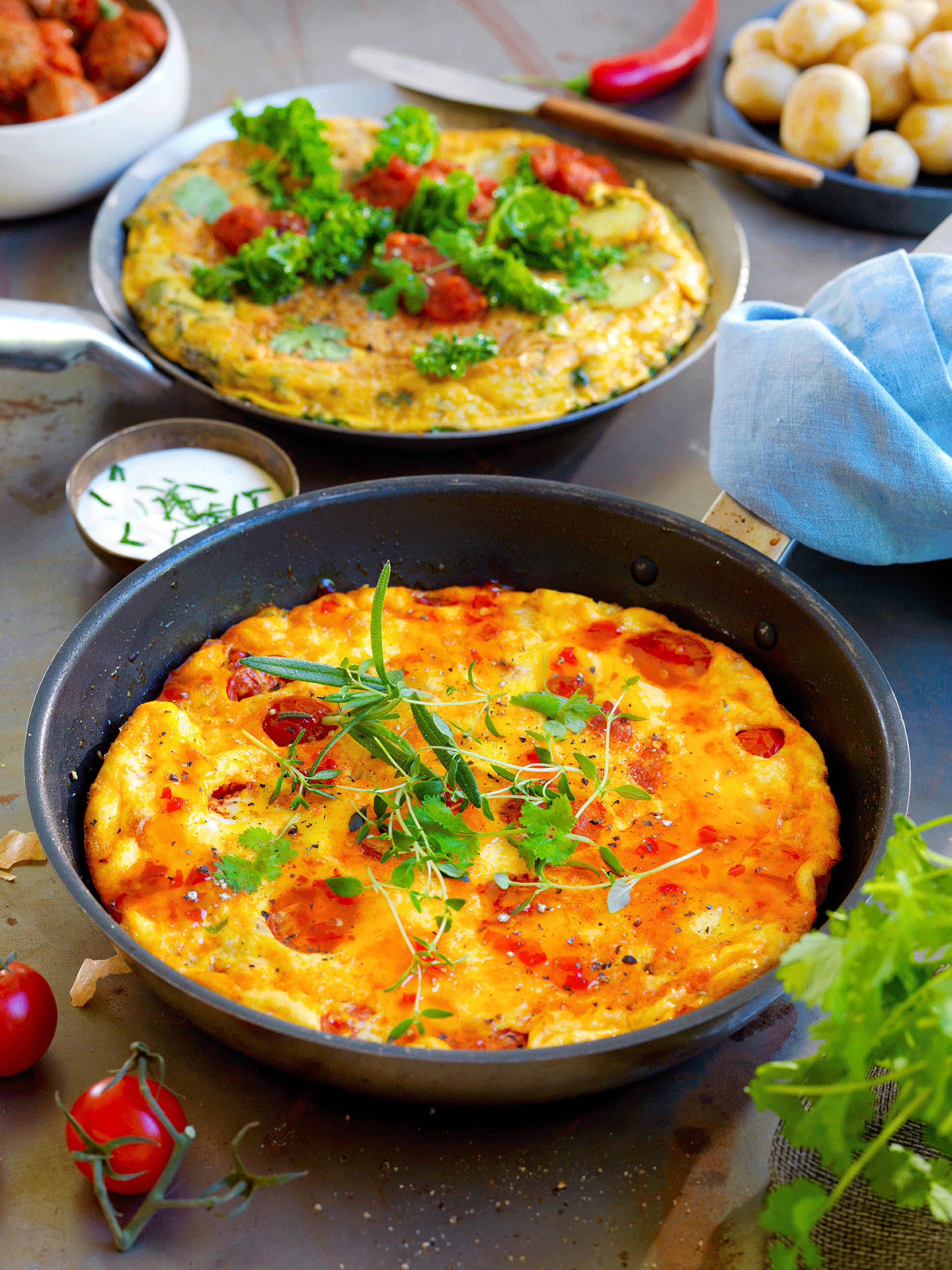 Spansk omelett er en klassisk rett på et tapasbord. Lag en kjøttfri variant med grønnkål, en spicy variant med chorizo, eller begge.