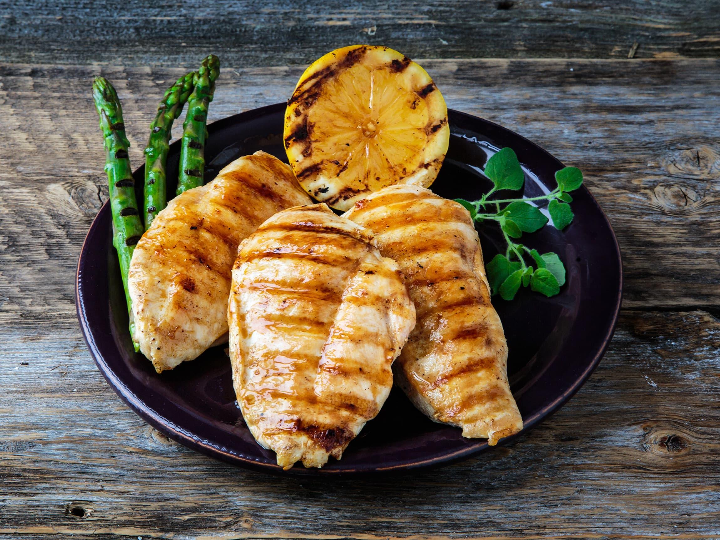Kylling kan smaksettes med mange typer krydder - fra det kjente med salt og pepper til de mer eksotiske krydderblandingene som importeres fra andre land, som karri og tandoori.