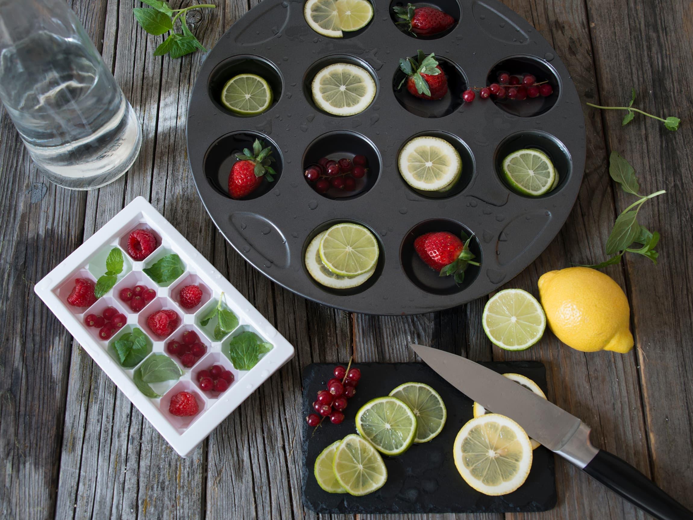 Du kan bruke både vanlige isbitformer og muffinsformer til å lage dekorative isbiter.