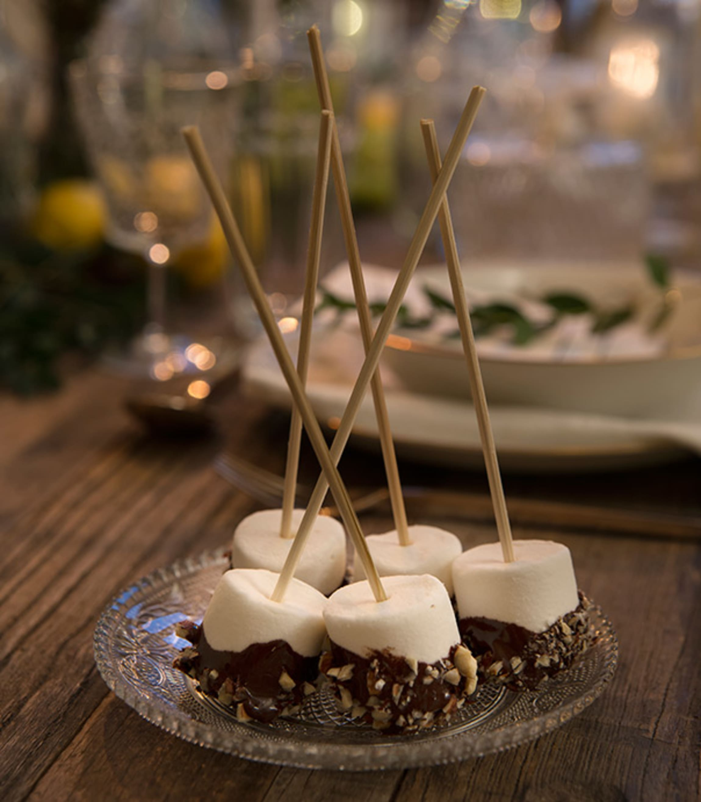 Marshmallows dyppet i sjokolade og nøtter