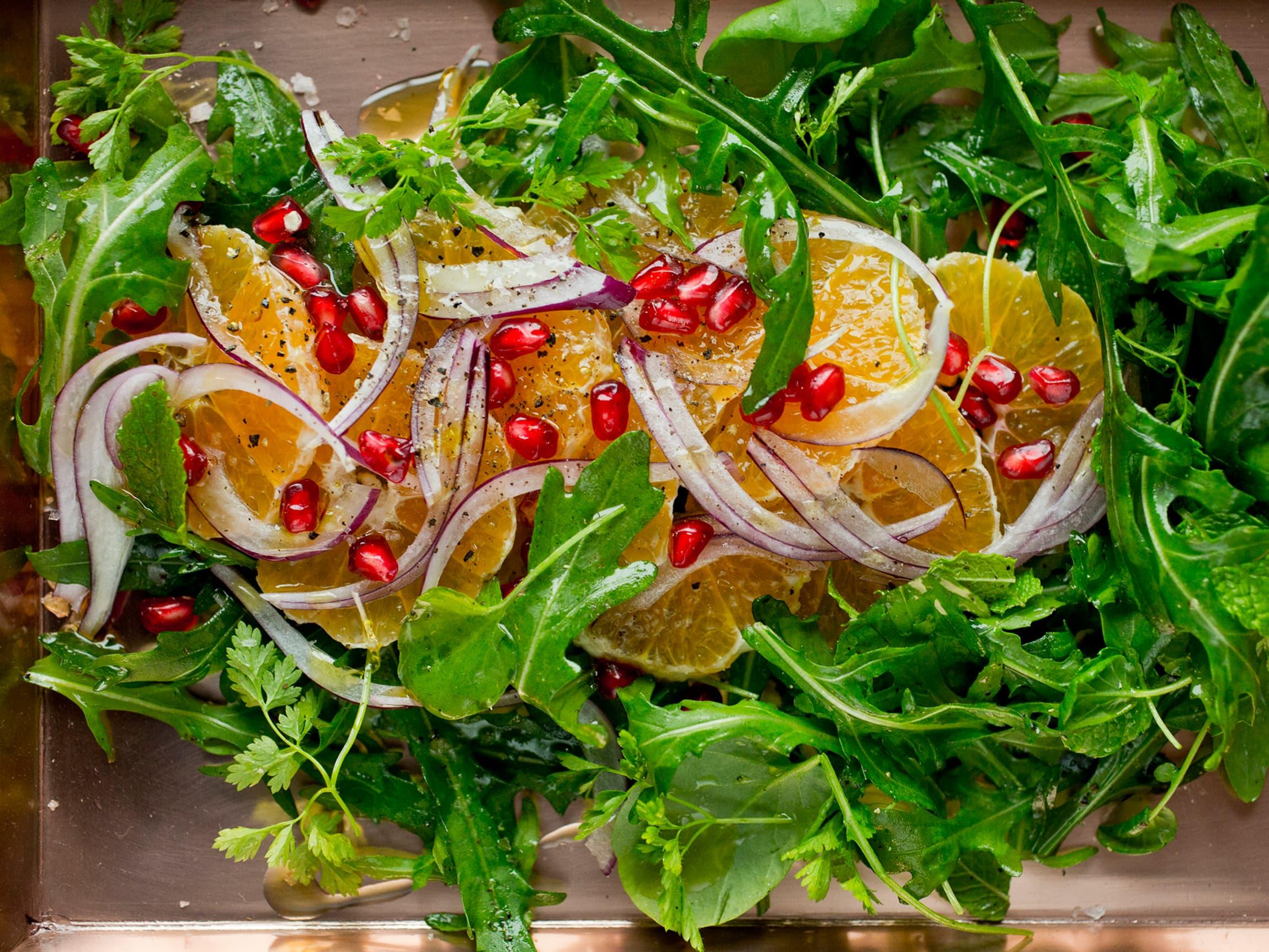 En frisk og fruktig salat som pynter opp julebordet.