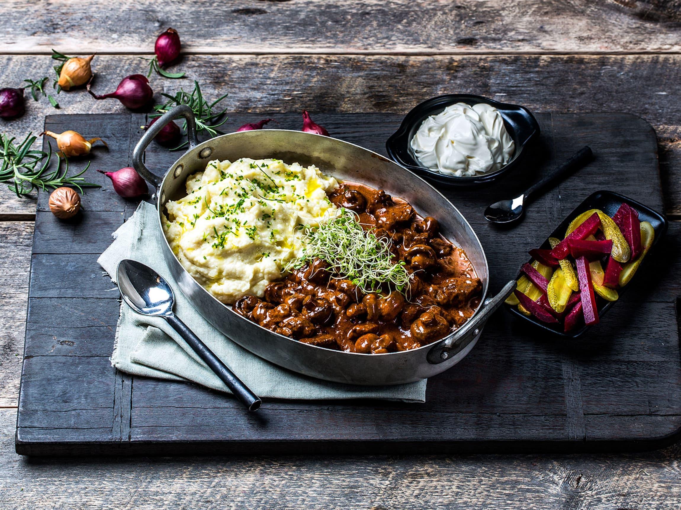 Denne gryteretten er kanskje Russlands mest berømte matrett. Server med hjemmelaget potetstappe.