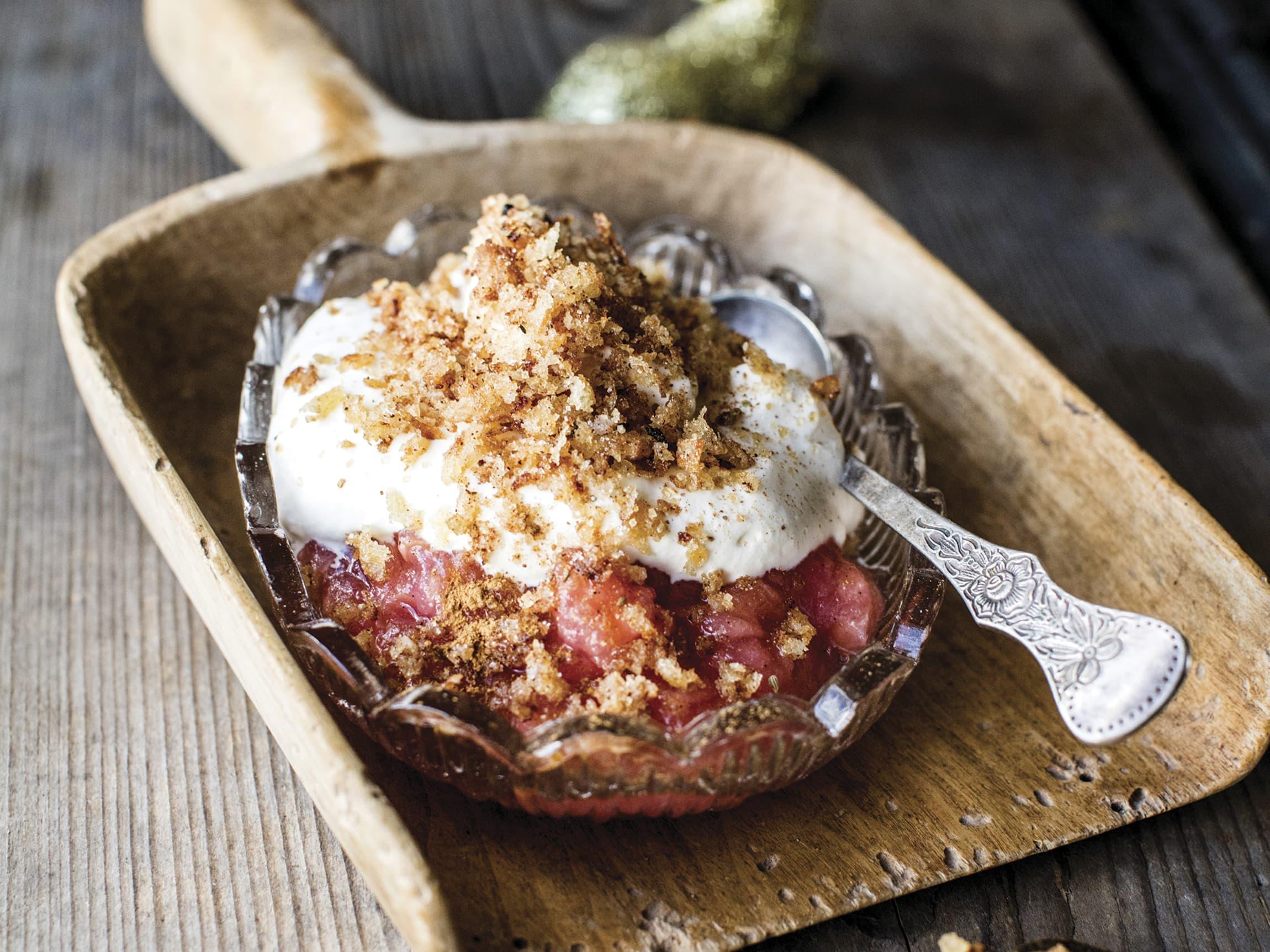 Denne knasende gode desserten består av eplemos, krem og kavring, med deilig smak av julekrydder.