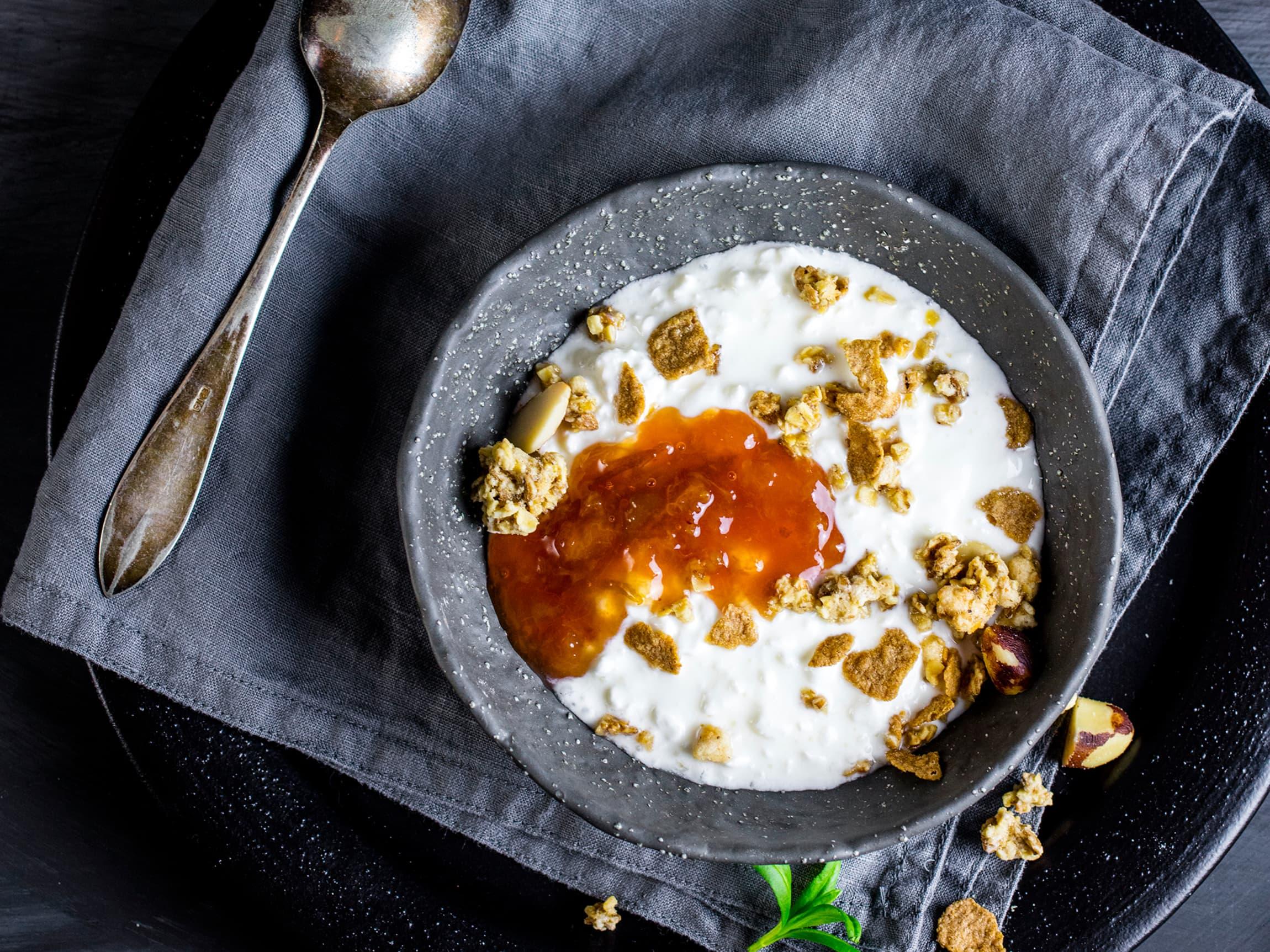 Bland cottage cheese med yoghurt, og topp med granola og ditt favorittsyltetøy. Deilig frokost eller mellommåltid.