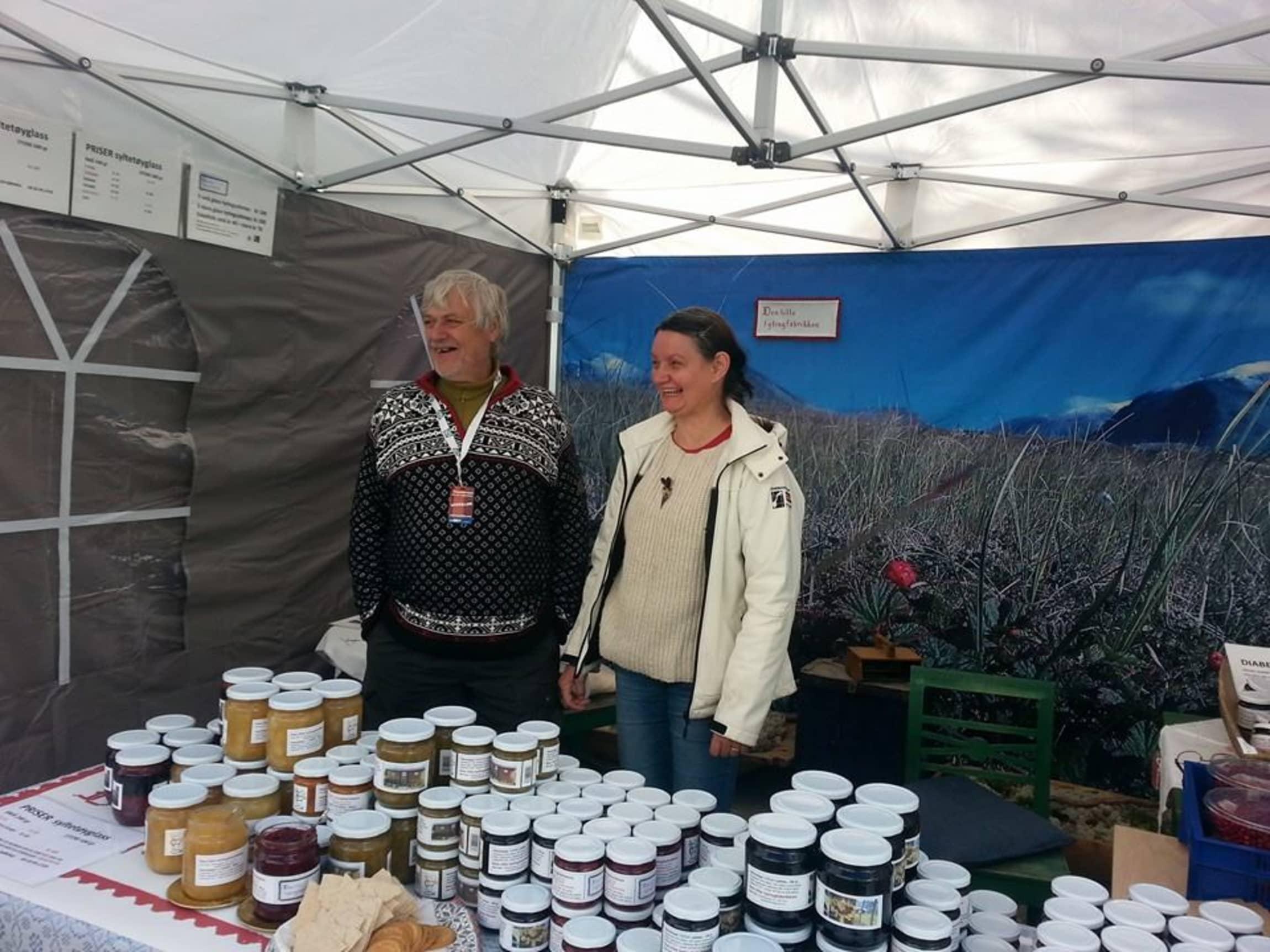 Solveig Nymoen og Leif Ola Rønningen lager tradisjonelt syltetøy av selvplukkede bær.