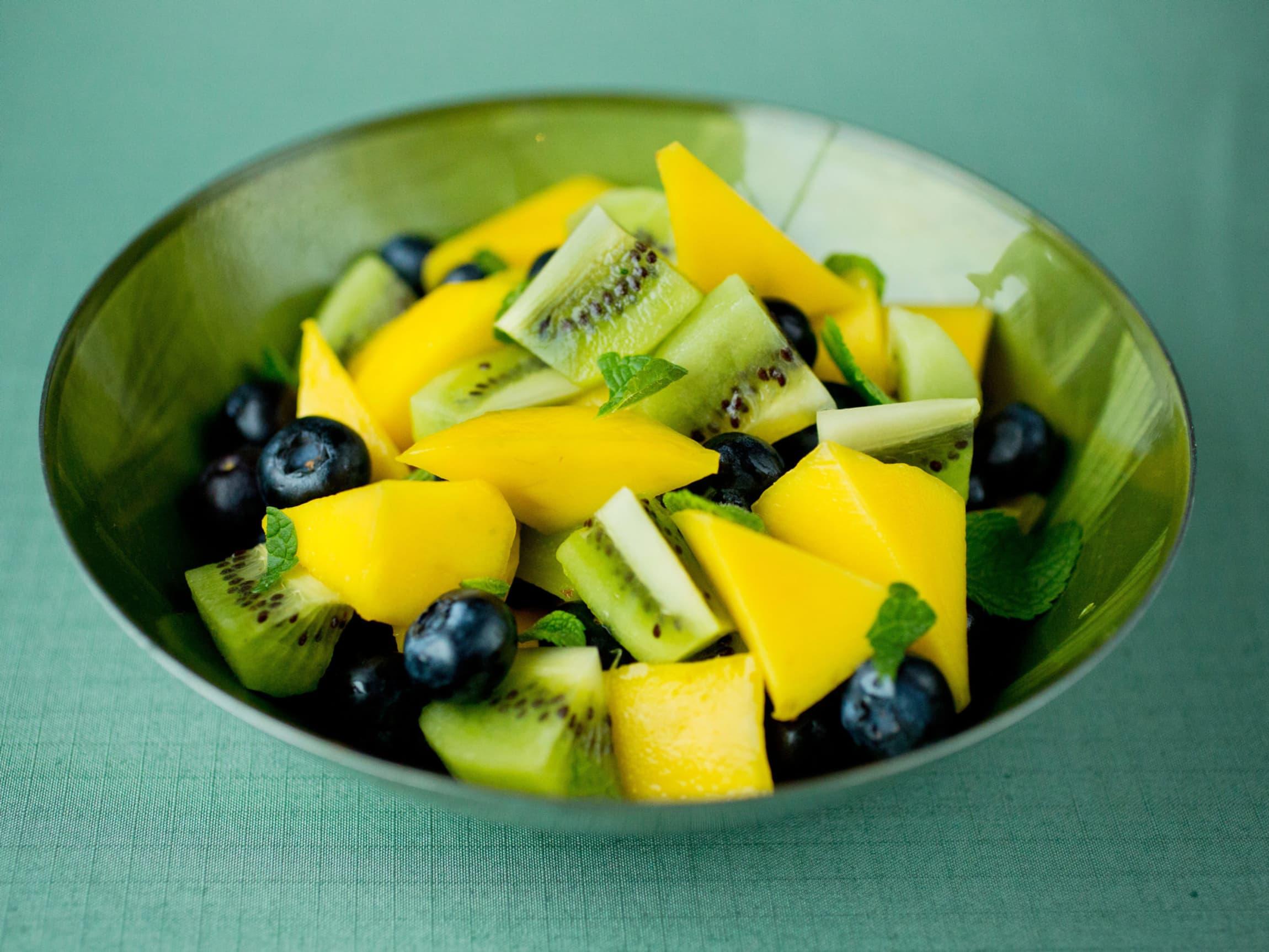 Kiwi er godt i en frisk fruktsalat. Prøv den med for eksempel mango og blåbær