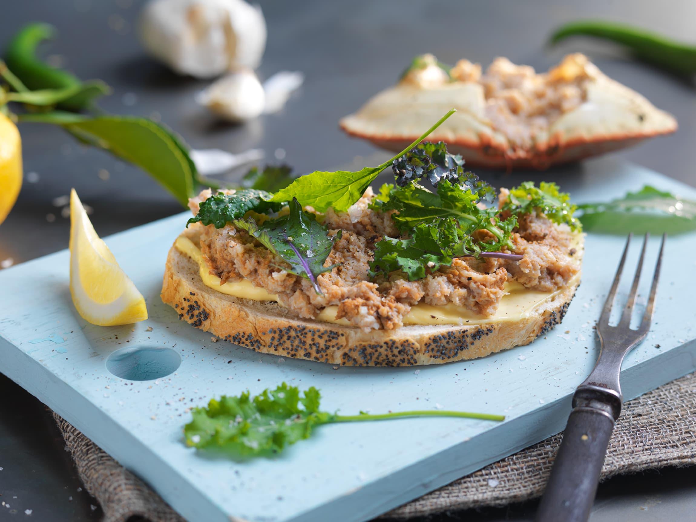 Her har vi blandet krabbekjøttet med aioli, sweet chili og sitronsaft, og hatt blandingen på loff med litt grønn salat.
