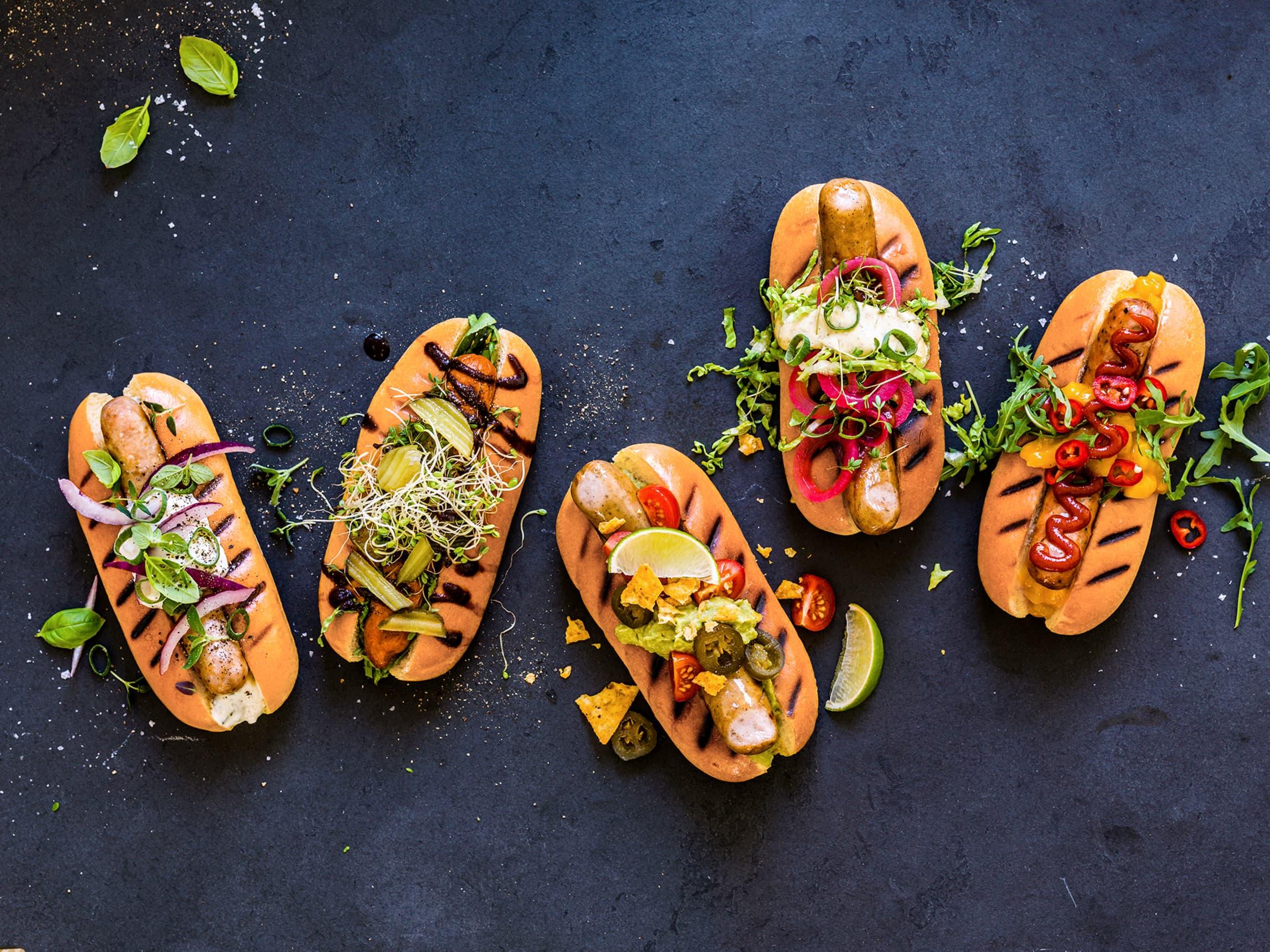 Spennende topping, friske grønnsaker og gode sauser løfter en enkel pølse til nye høyder!