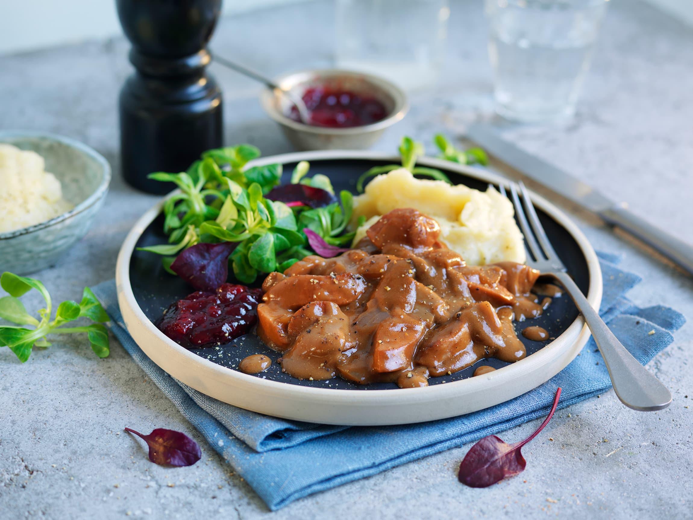 En enkel versjon av stroganoff, med kjøttpølse og potetmos. Med ferdig base og potetmos blir dette en rask middag for hele familien på under 20 minutter.