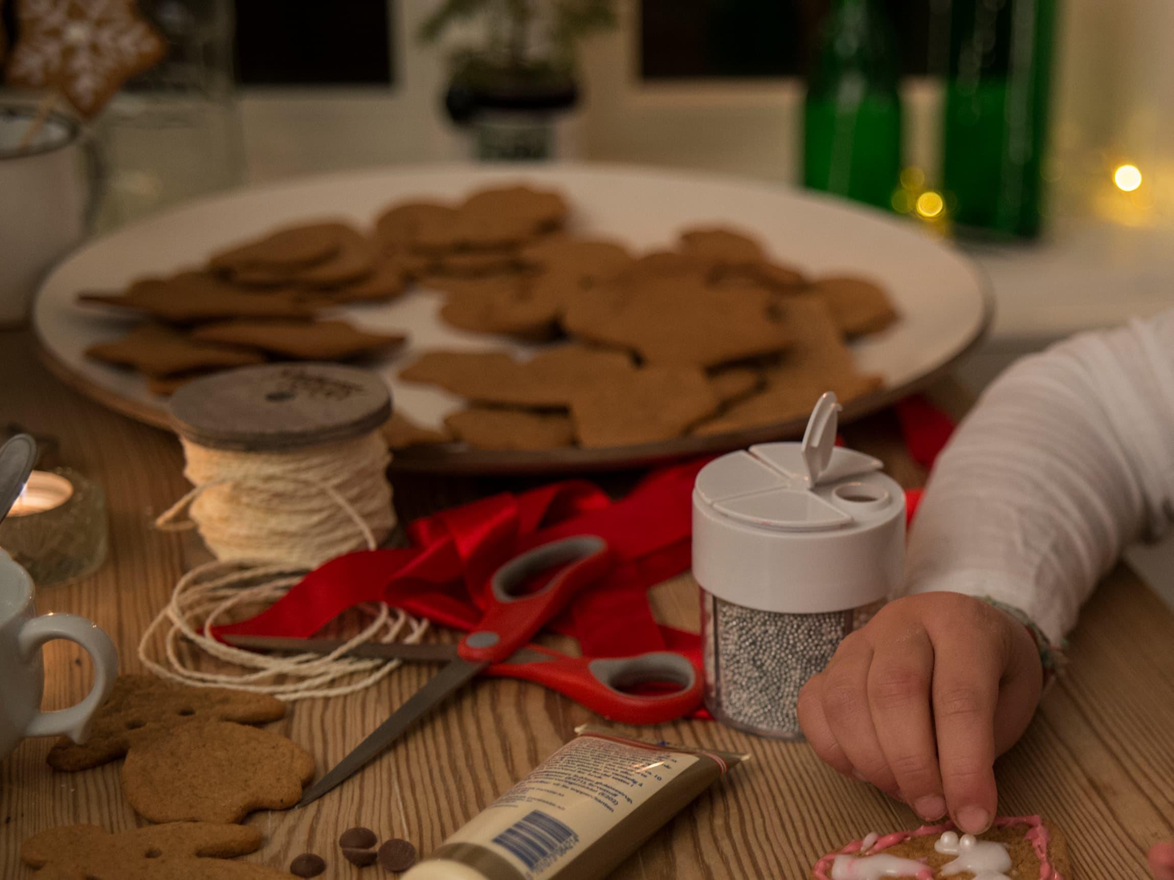 Pepperkaker og pepperkakebaking hører julen til. La barna ta en del i julebaksten - det er jo så morsomt å bake og pynte pepperkaker!
