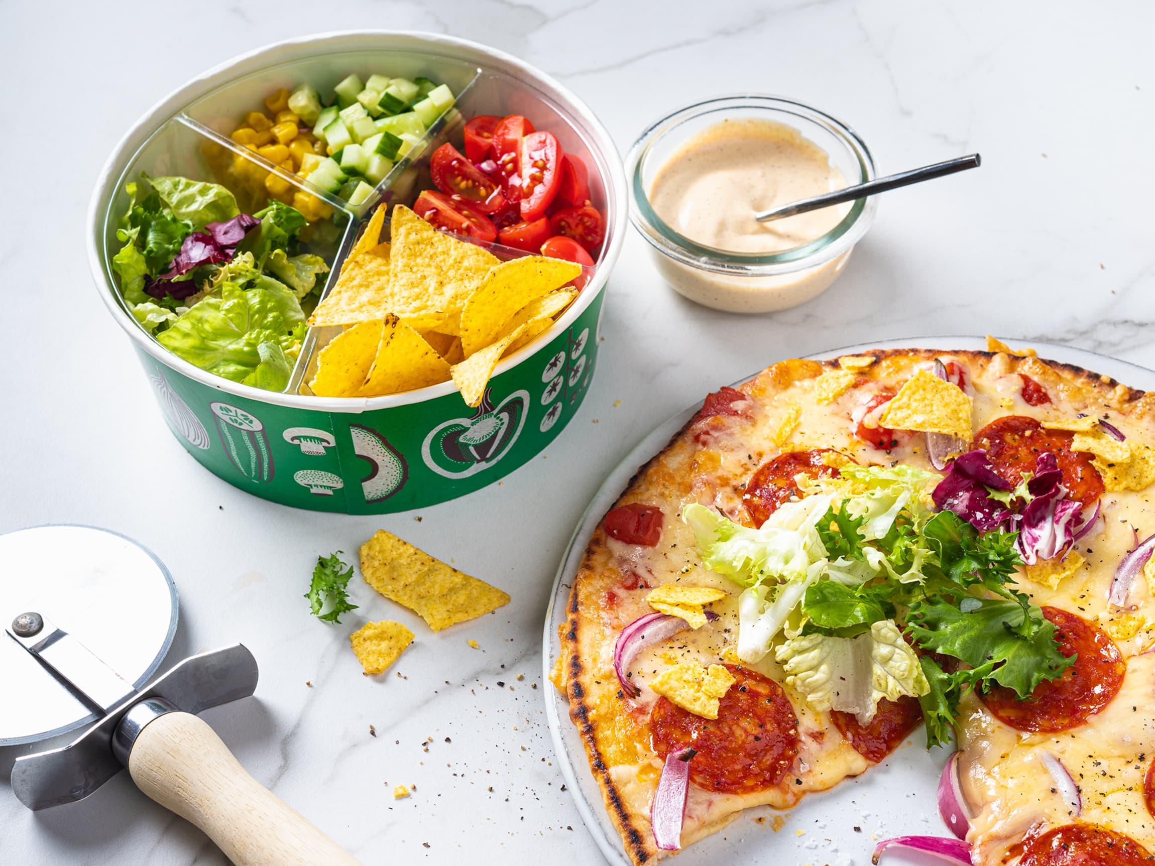 Gjør det til en vane å spise noe grønt til hvert måltid - også pizzaen. En saftig pizza er veldig god med knasende sprø salat.