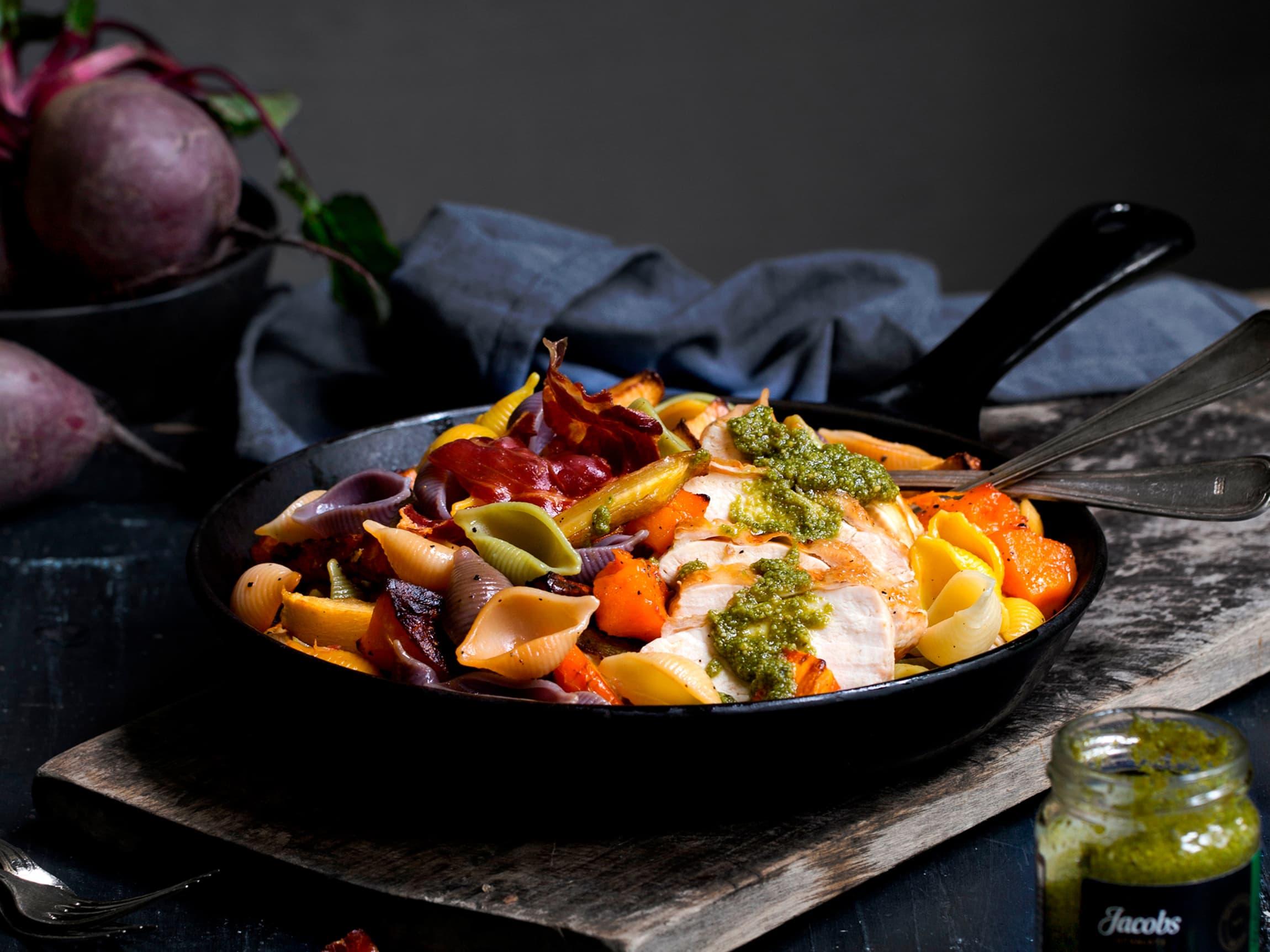Jacobs Utvalgte pasta med kyllingbryst, grønnsaker og sprøstekt spekeskinke