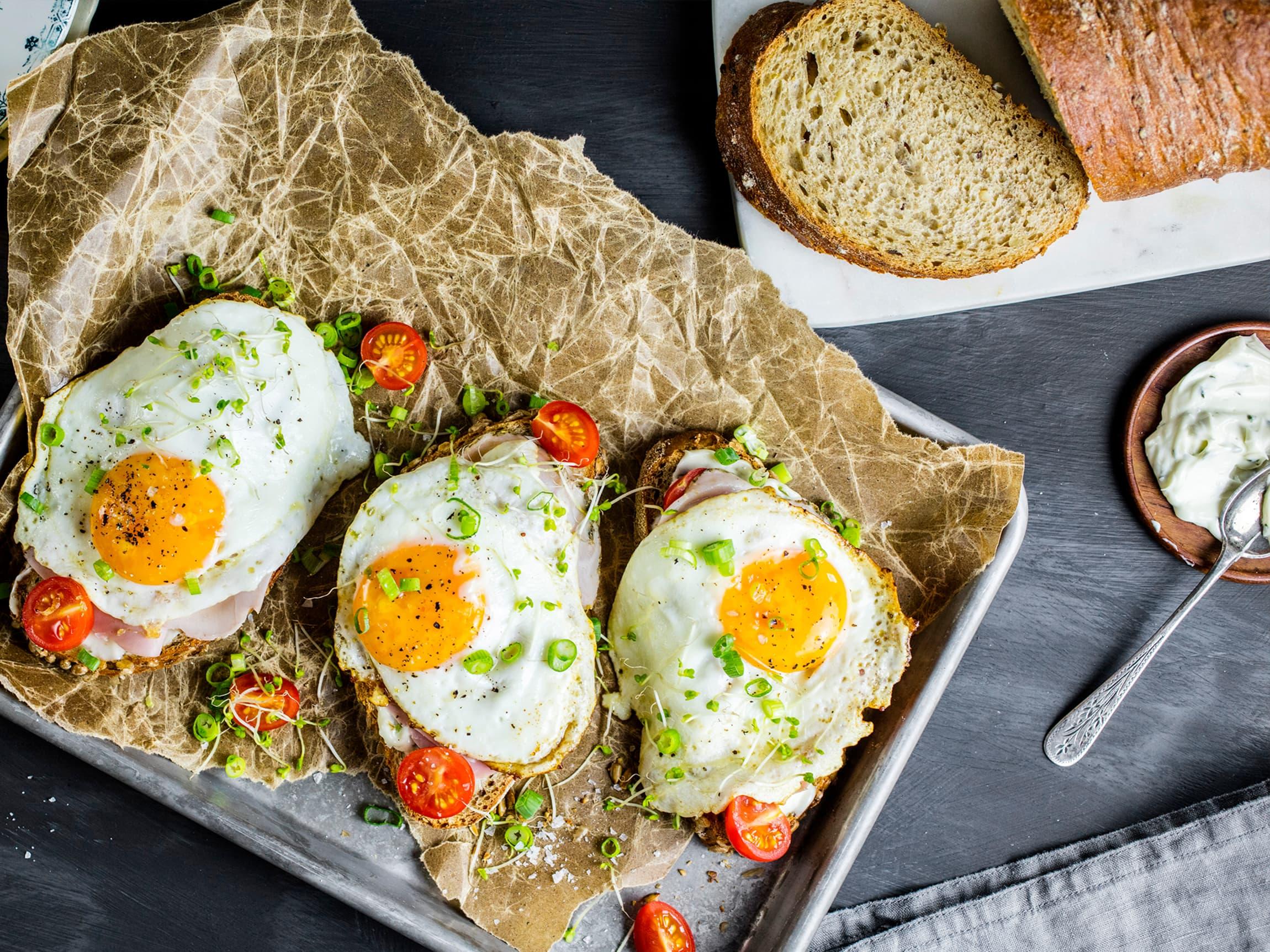 Lag skiver av Jacobs Utvalgte alpebrød, og topp med aioli, provence skinke, finhakket vårløk, cherrytomater. Avslutt med et stekt egg.