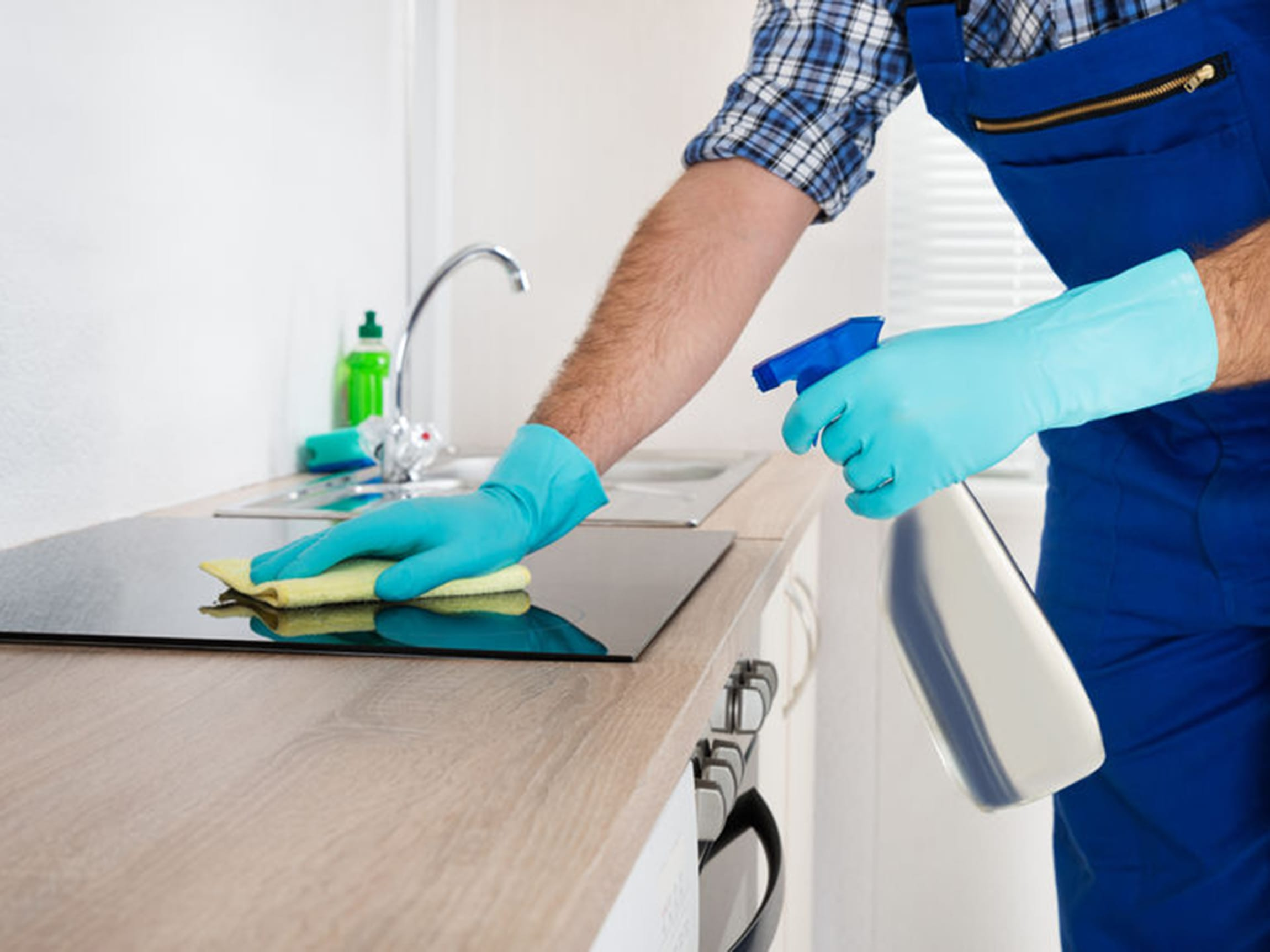 Bruk kjøkkenspray eller varmt vann med oppvaskmiddel/salmiakk på vanskelige flekker.