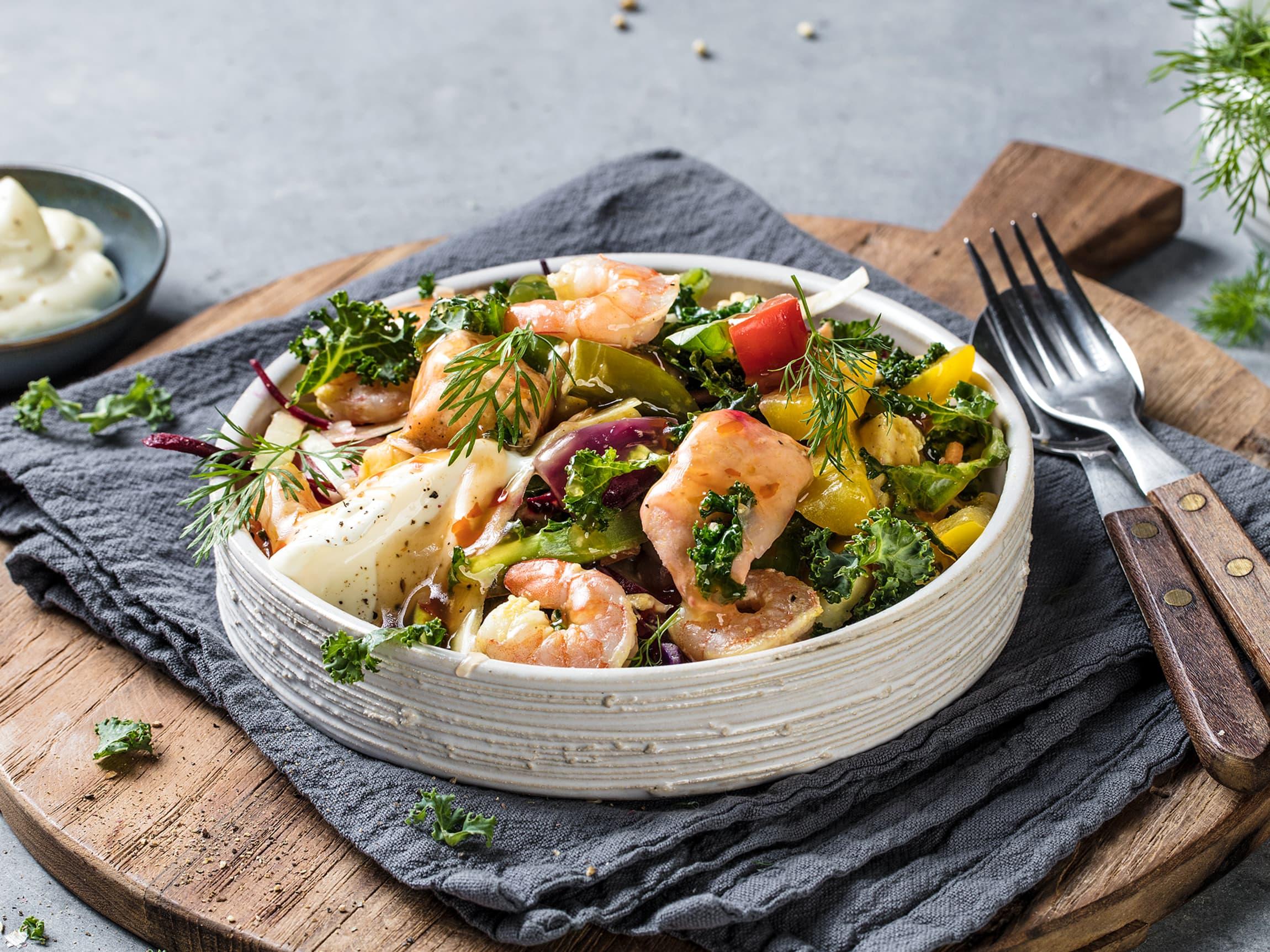 Sommerlig fiskewok med grønnkål og sweet chilisaus.