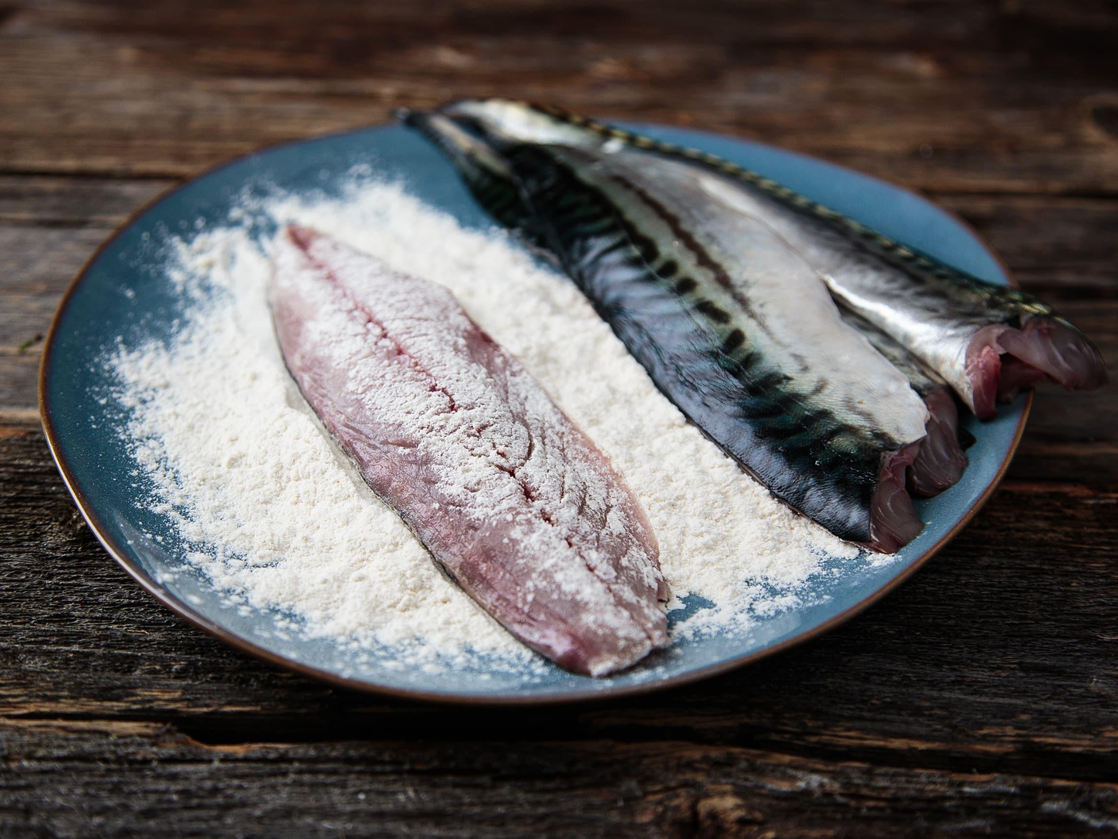 Om du vender makrellfileten i mel får fisken en sprøere stekeskorpe, samtidig blir det mindre sjanse for at selve fisken henger fast i stekepanna.