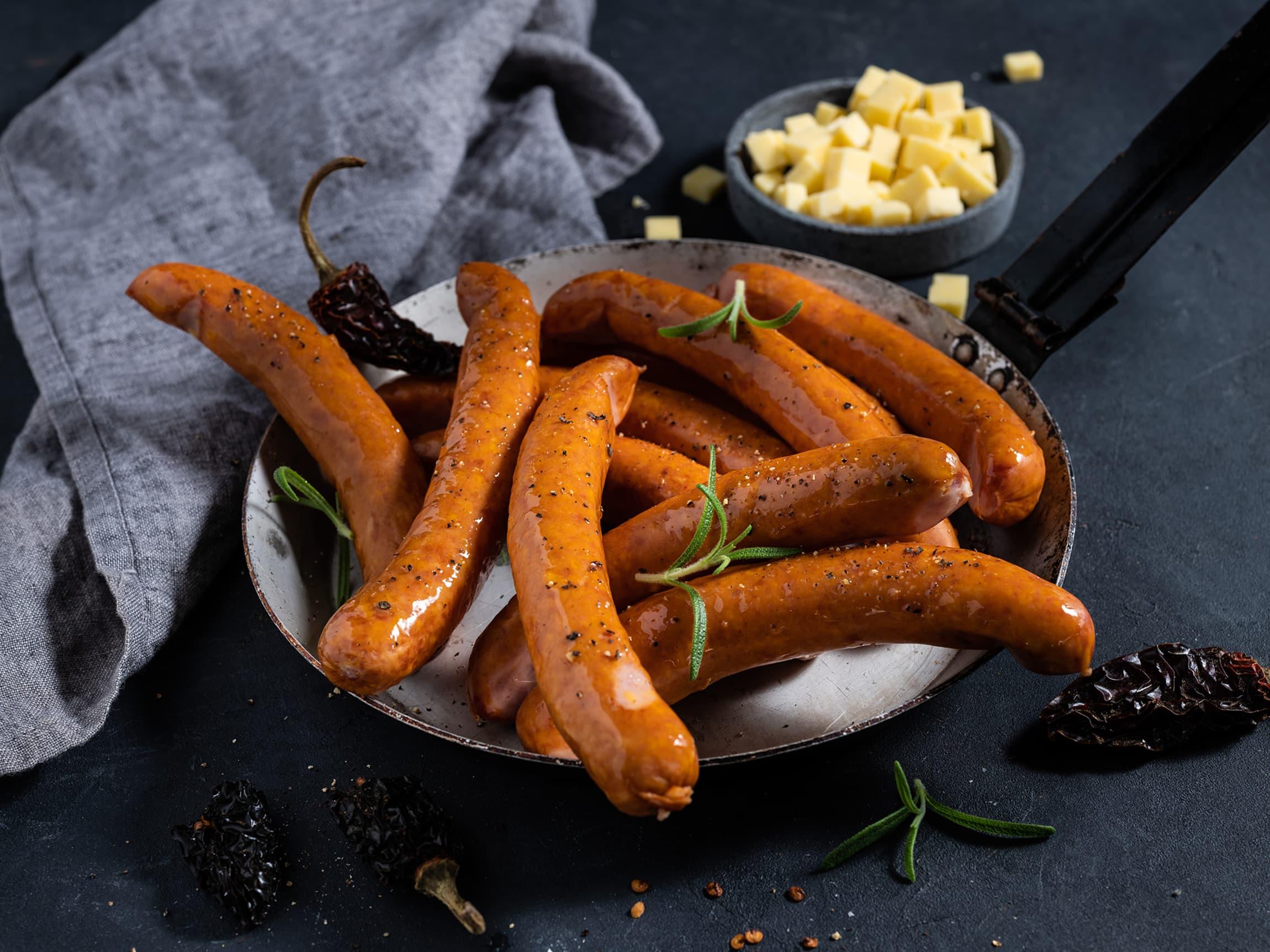 Saftige, grove pølser fylt med store biter av smaksrik cheddarost.