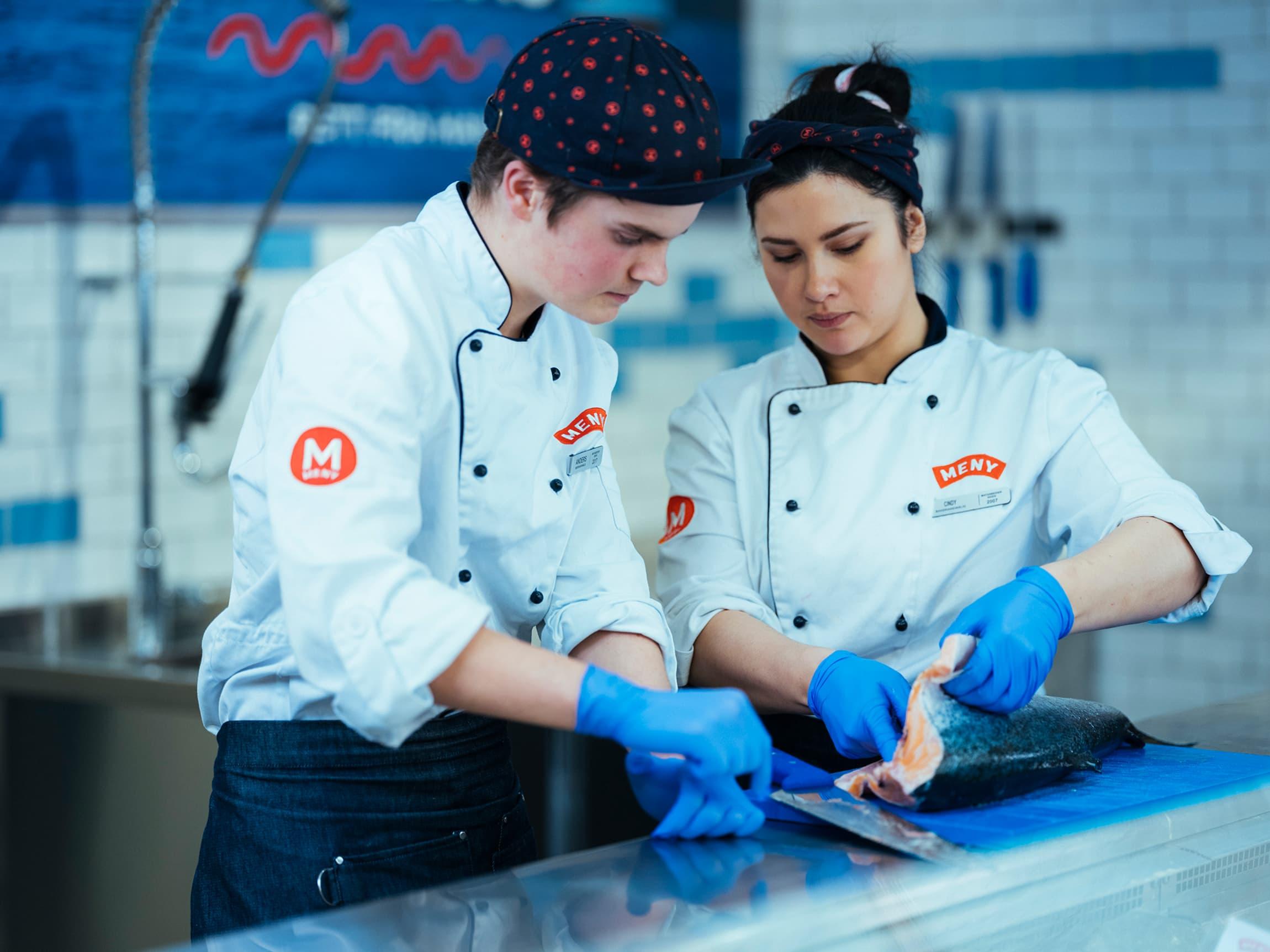 Vi hjelper deg gjerne med å filetere fisken din eller å skjære den opp i porsjonsstykker!