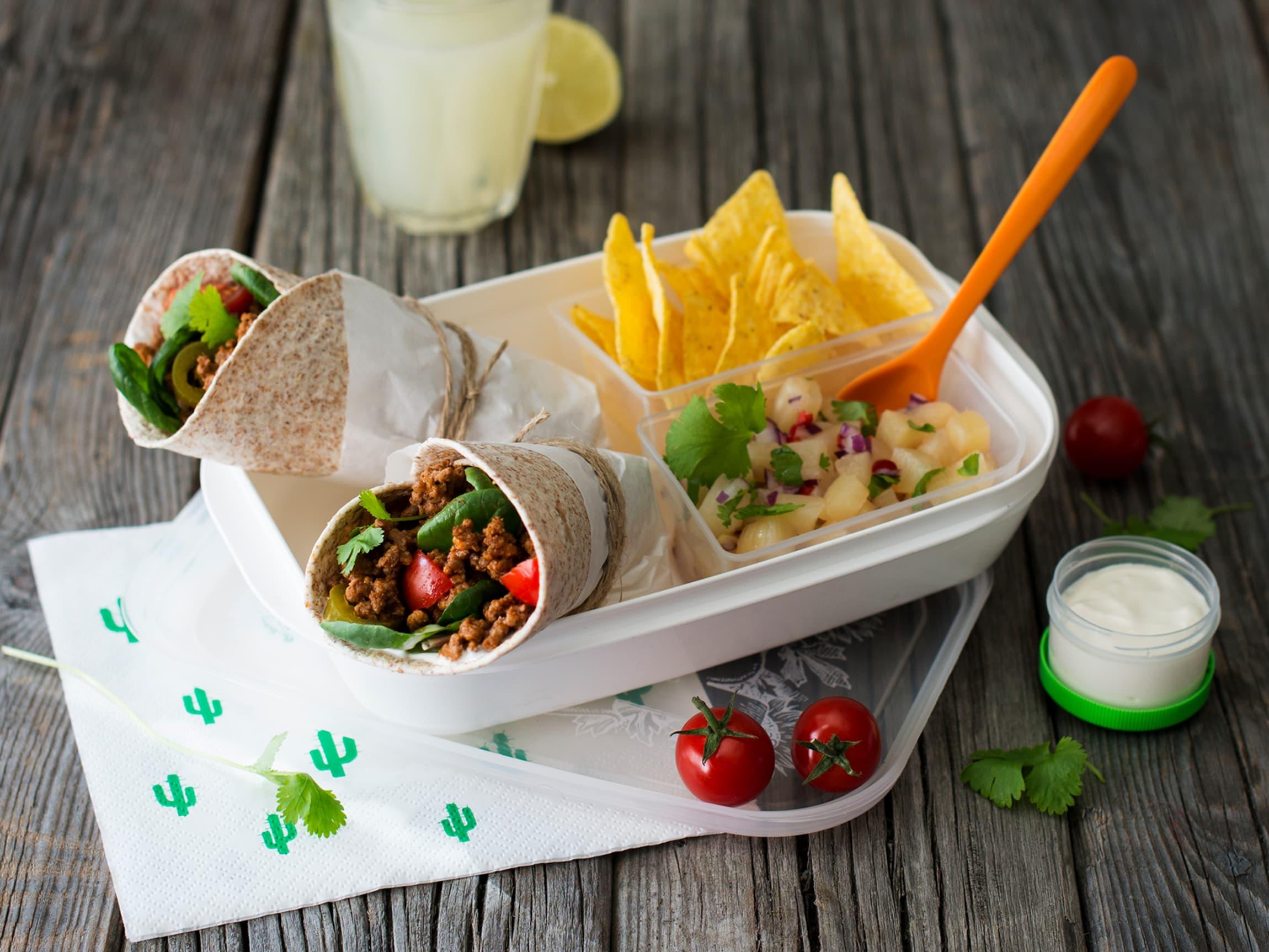 Tortillachips og annanassalat kan du serverer ved siden av.