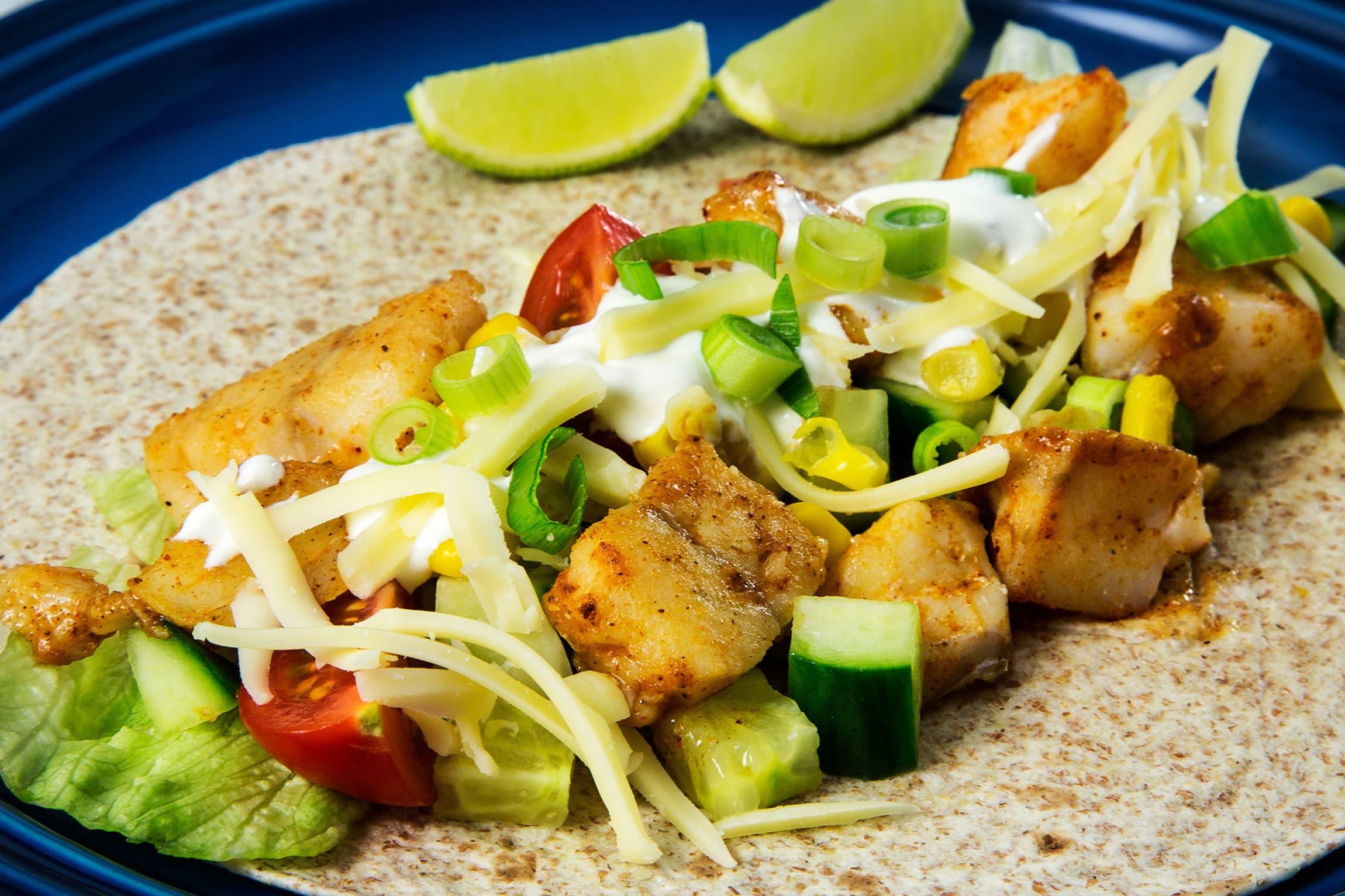 Prøv en ny vri på fredagstacoen og bytt ut kjøttdeigen med skrei! Den trives godt sammen med både guacamole, salsa og tacokrydder.