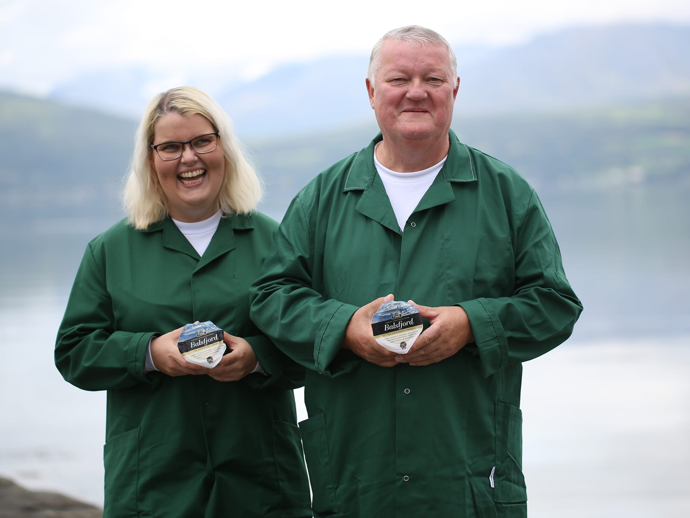 Ann-Inger og Arnold Kjoshaug har lang erfaring med Balsfjordosten, og yster den til perfeksjon.