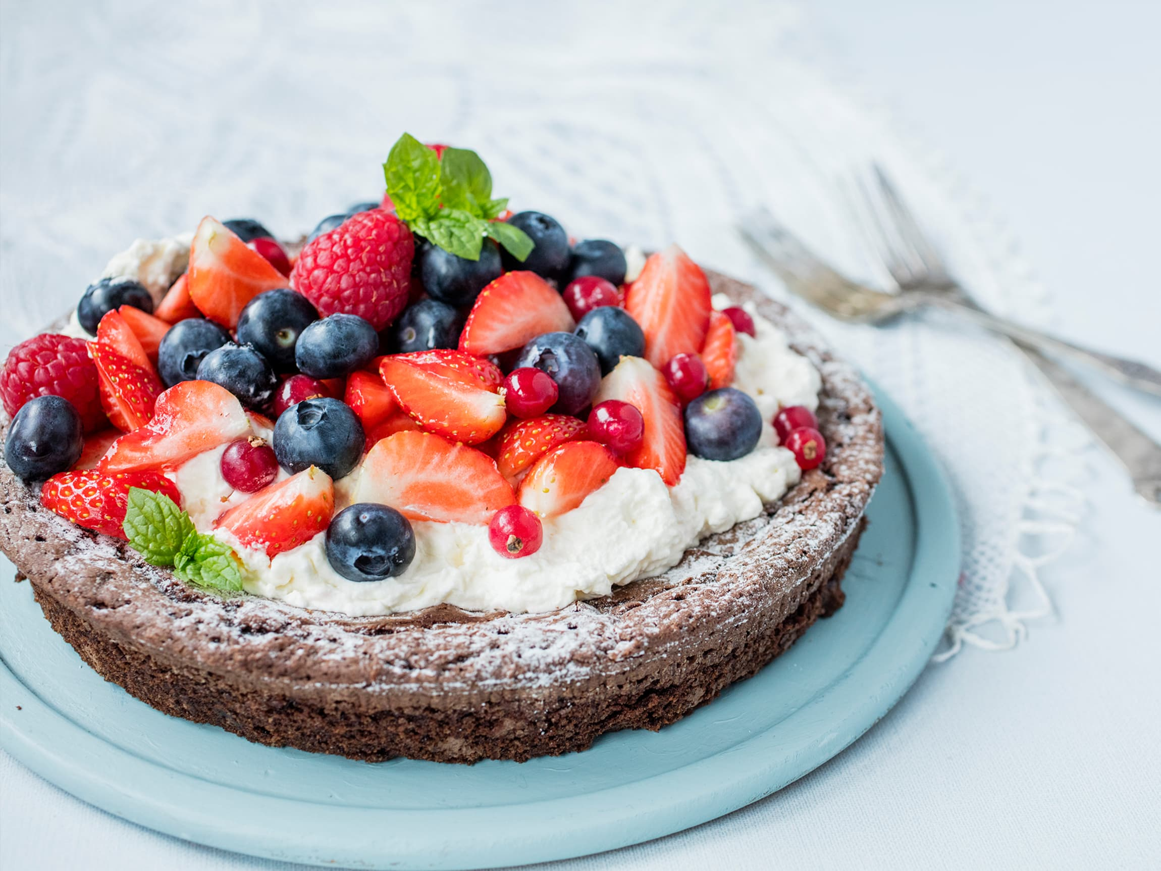 Sjokoladebrownie med friske bær er perfekt dessert i sommervarmen.