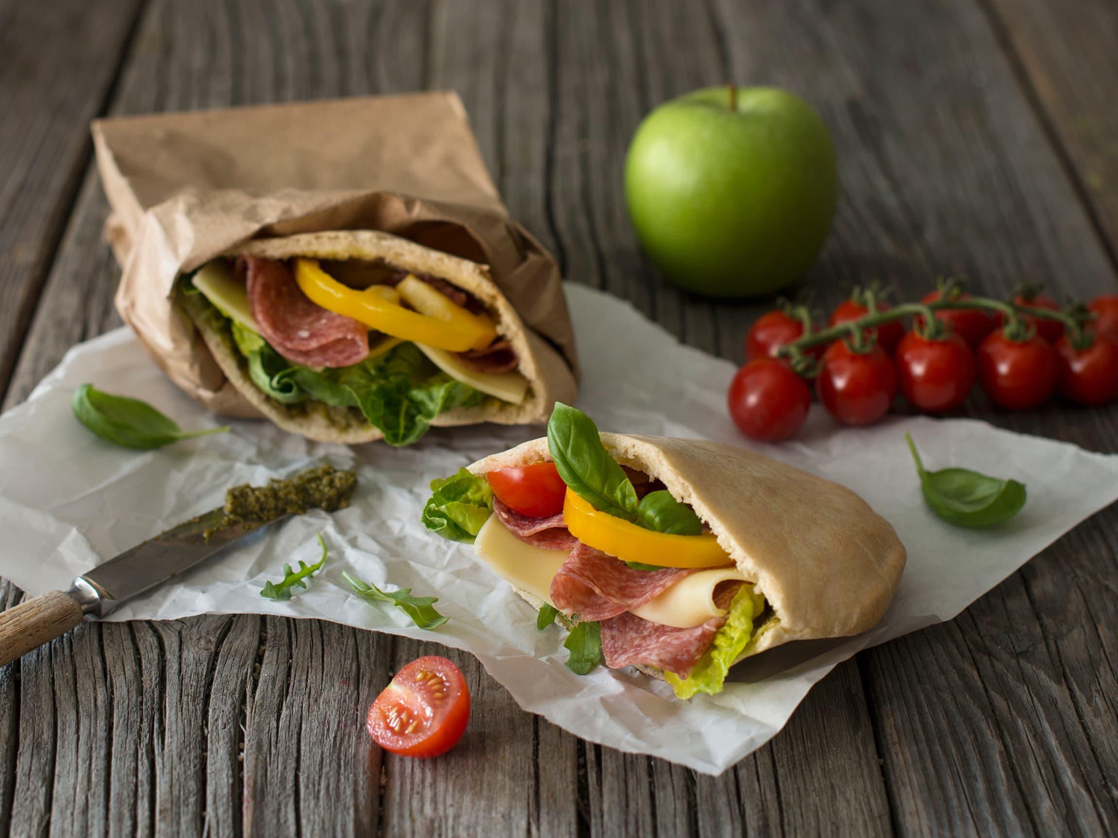 Pitabrød med salami og gulost er perfekt i matboksen.