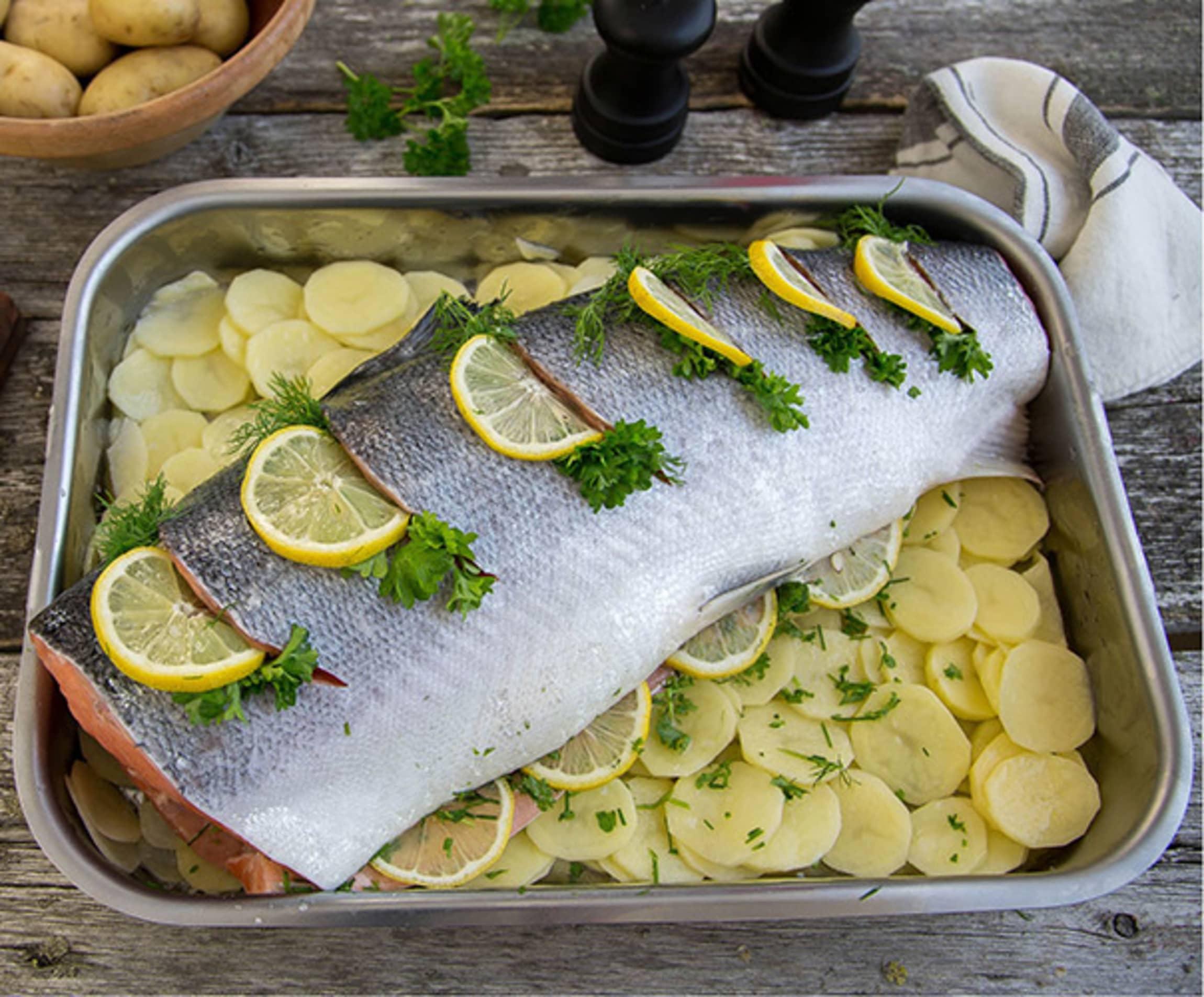Hel laks med sitron, urter og potetskiver.