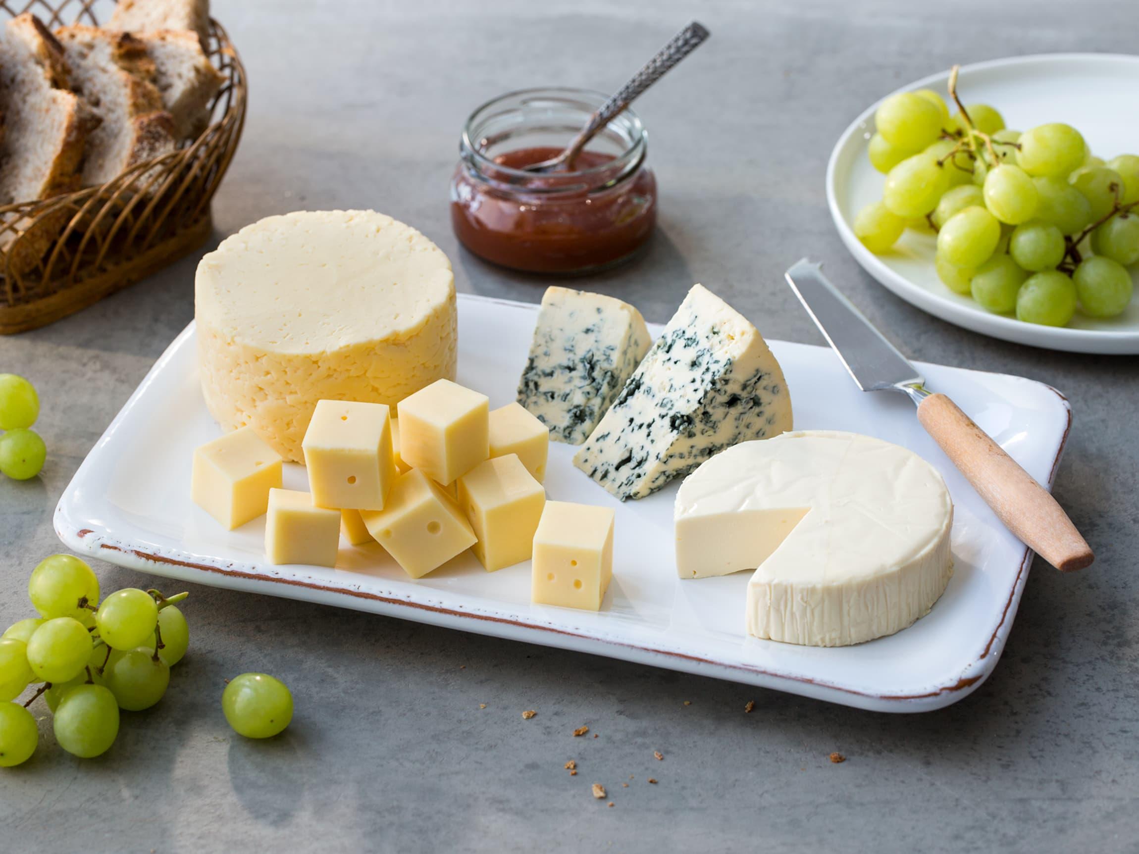 Et ostefat behøver ikke bestå av kraftige, skarpe oster. Hverdagsostene gjør det like bra på ostefatet!