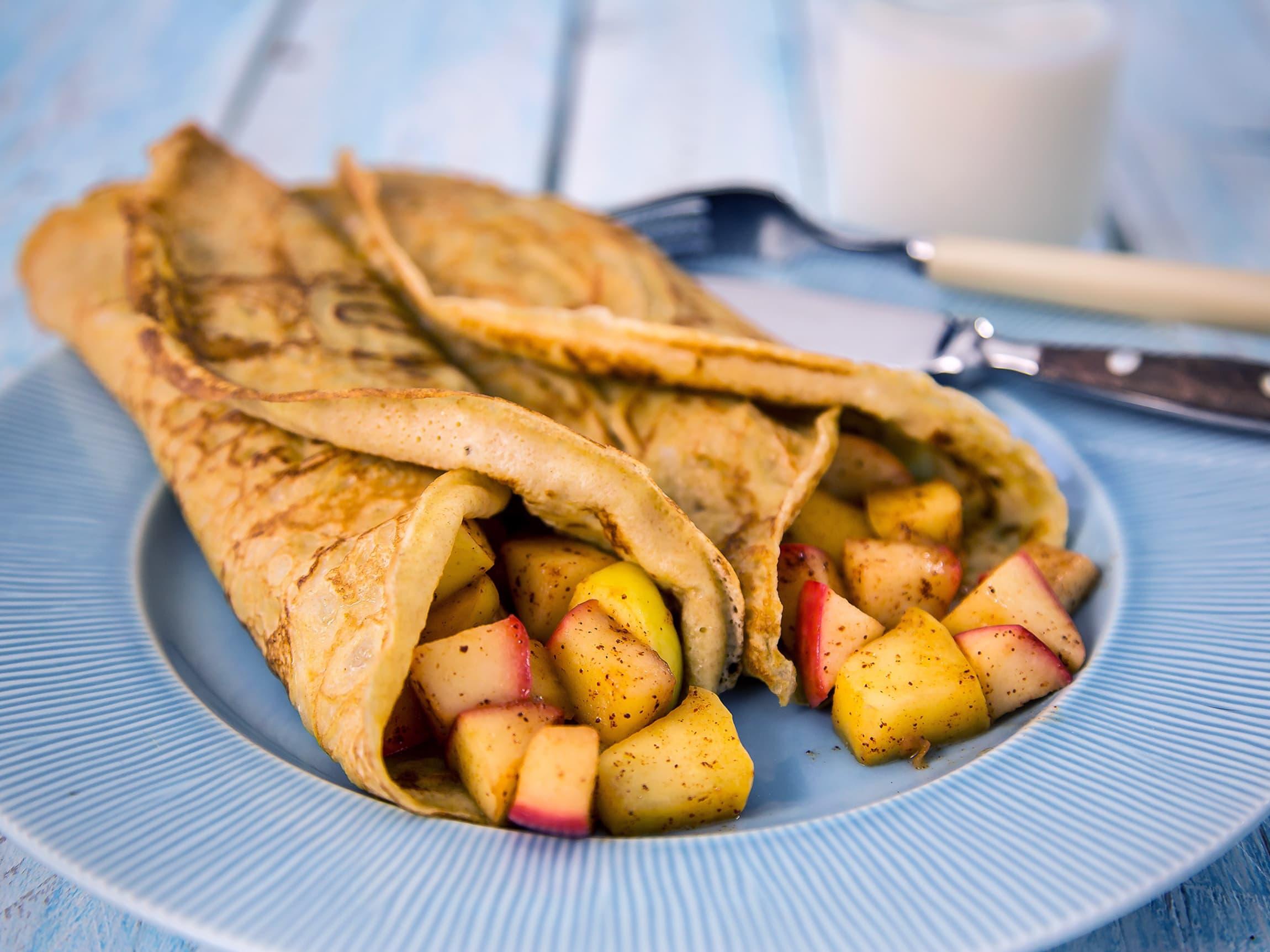 Pannekaker med eple- og kanelfyll er kjempegodt!