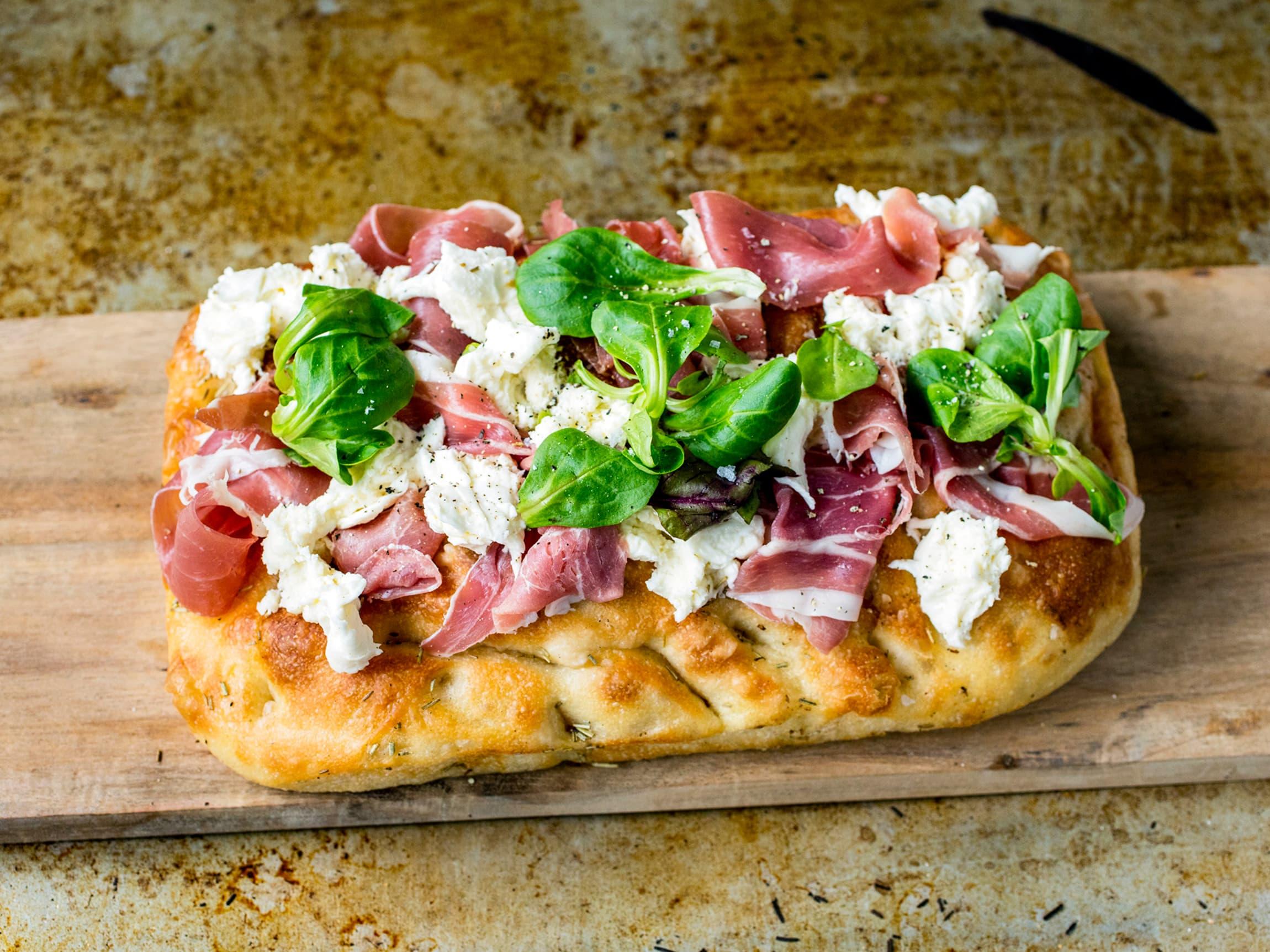 Denne oppskriften på focaccia-pizza er med spekeskinke, basilikum og mozzarella, er like god som den er rask!