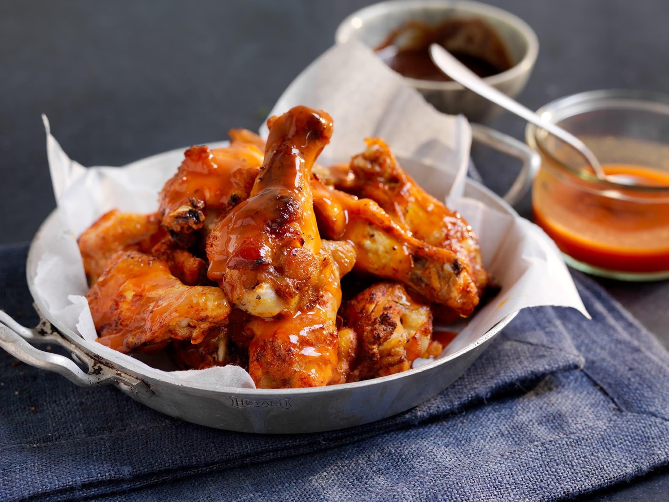 Nystekte buffalowings med valgfri Sticky Fingers-saus er skikkelig digg sommermat. Server med coleslaw, salat og en spicy saus!