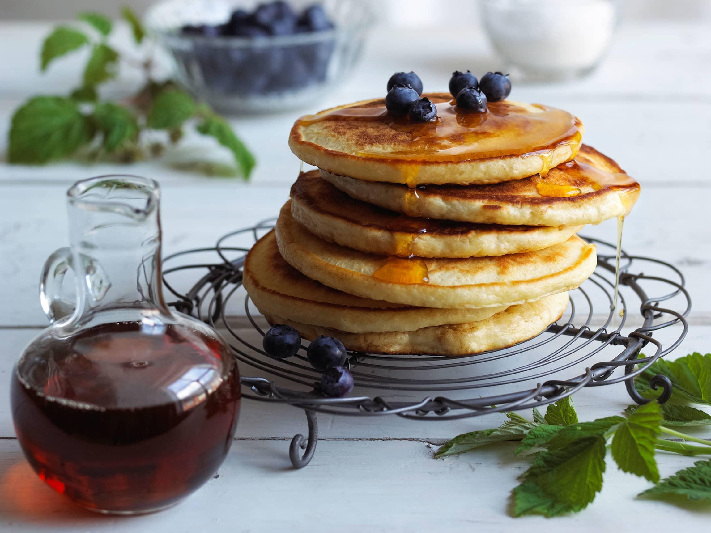 Smakfulle, luftige pannekaker med sirup er et perfekt tilskudd til frokosten på påskeaften.