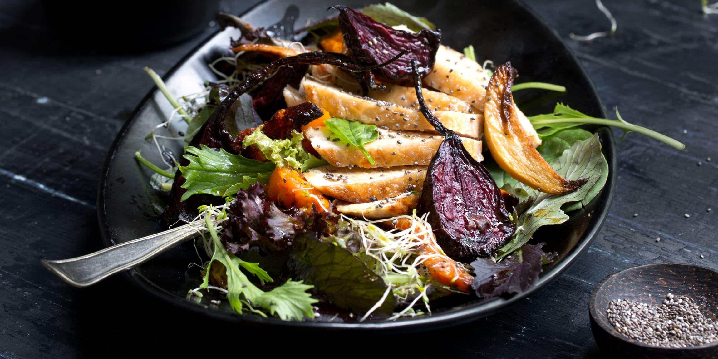 I høst kan du lage en lun kyllingsalat med ovnsbakte grønnsaker